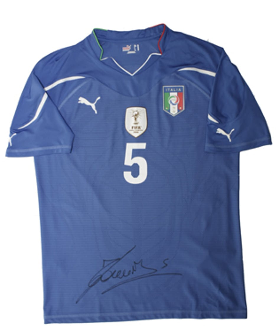 Una delle 22 magliette autografate dai campioni della Nazionale Azzurra messe in palio nel concorso Un Gol per l'Africa - ©UNICEF Italia/2010/A.Longobardi