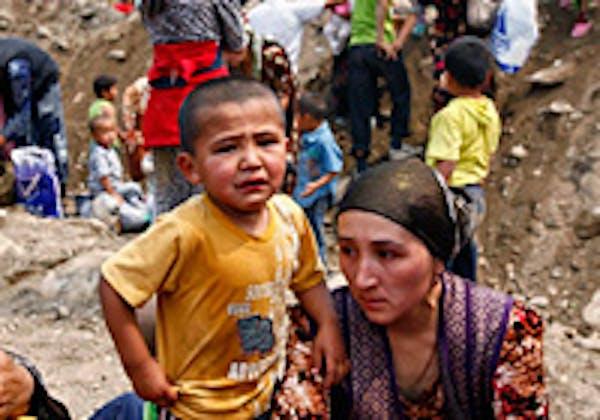 Rifugiati uzbeki fuggiti dagli scontri etnici in Kirghizistan - ©AP Photo/Akkan