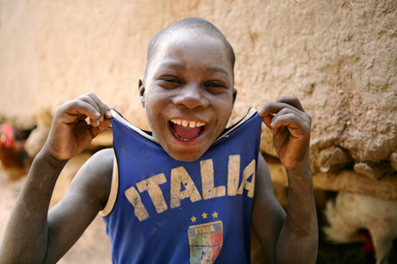 Un bambino in un villaggio nei pressi di Bandiagara (Mali) esibisce la maglietta della Nazionale italiana campione del mondo - ©UNICEF/HQ09-1918/G.Pirozzi