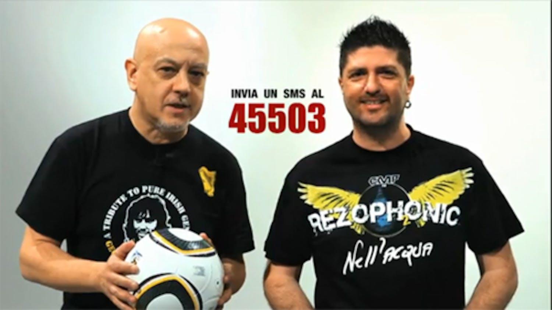 Enrico Ruggeri e Marco Riso nello spot per la campagna Un gol per l'Africa