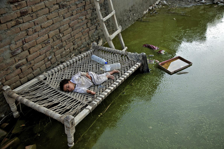 Un letto improvvisato fra le acque limacciose che hanno allagato il villaggio di Khwas Koorona, nella provincia di Kybher, una delle più devastate dalle inondazioni - ©UNICEF/NYHQ2010-1569/Zaid