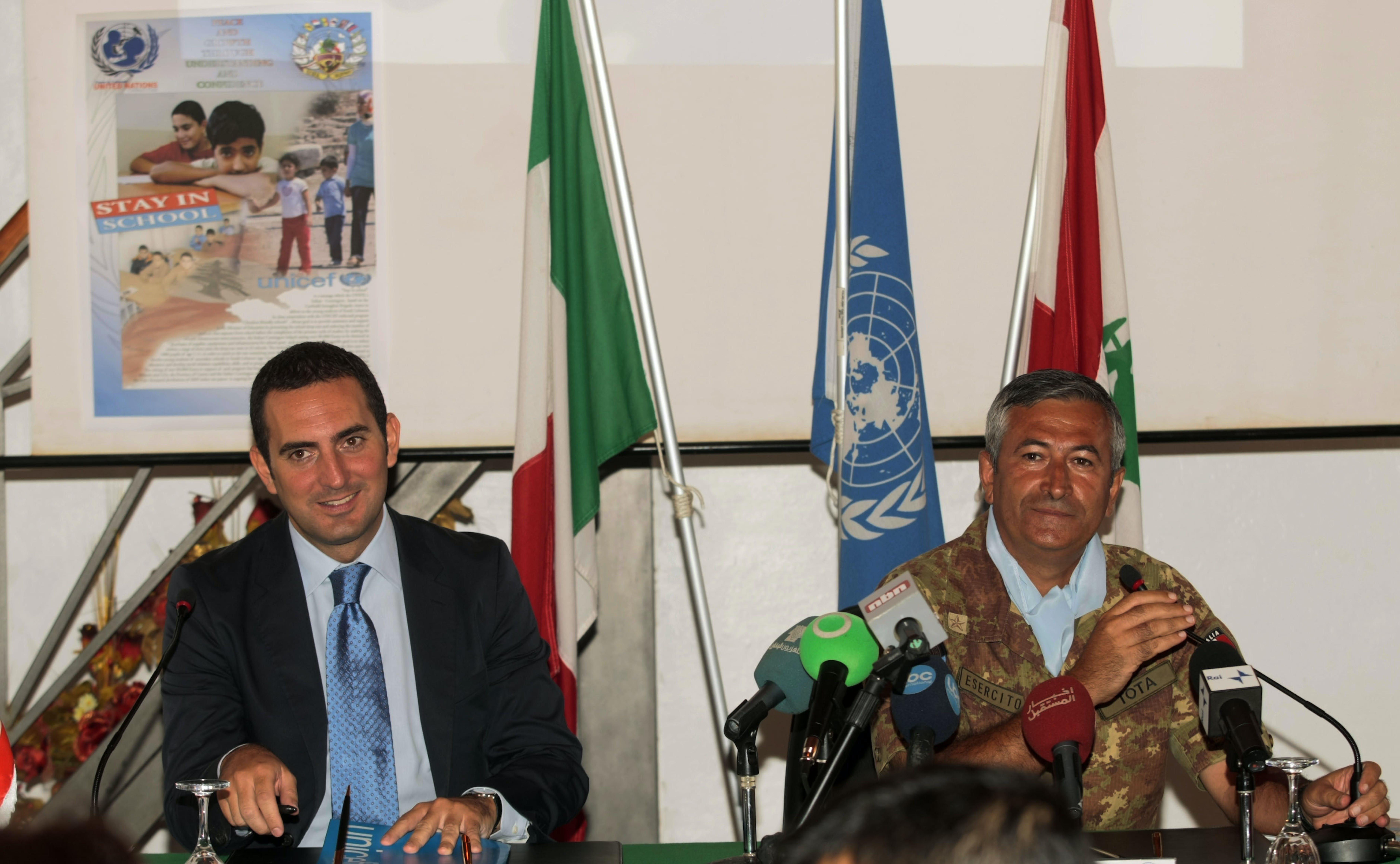 Il Presidente dell'UNICEF Vincenzo Spadafora durante la conferenza stampa presso la base del comando UNIFIL (Shama, Libano). Accanto il Generale Giuseppe Nicola Tota