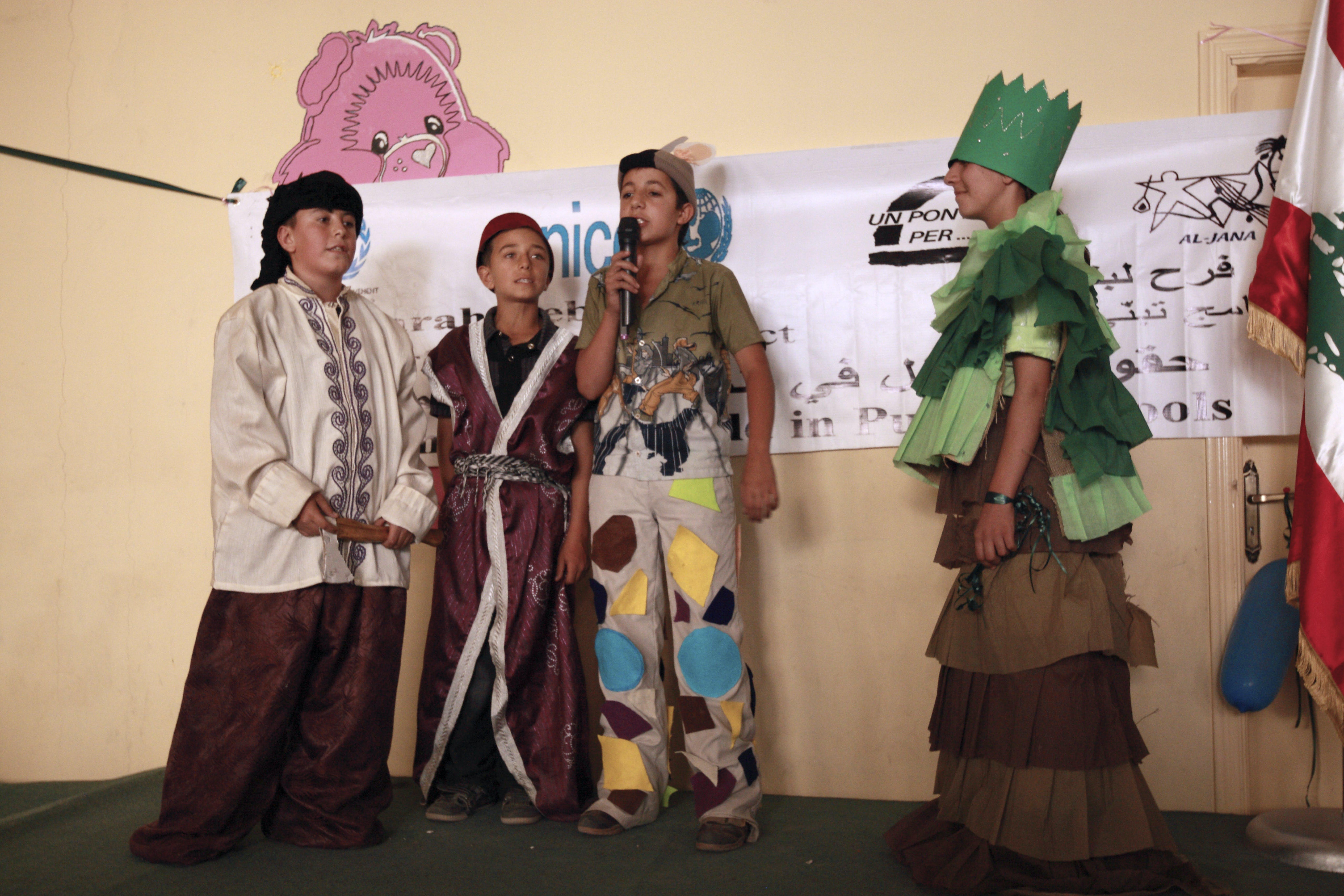 """I bambini della scuola di Ersall, una delle 20 dove UNICEF e """"Un ponte per…"""" promuovono attività educative, accolgono la delegazione italiana con uno spettacolo sui temi del rispetto dell'ambiente. ©Ada Lombardi UNICEF Italia"""