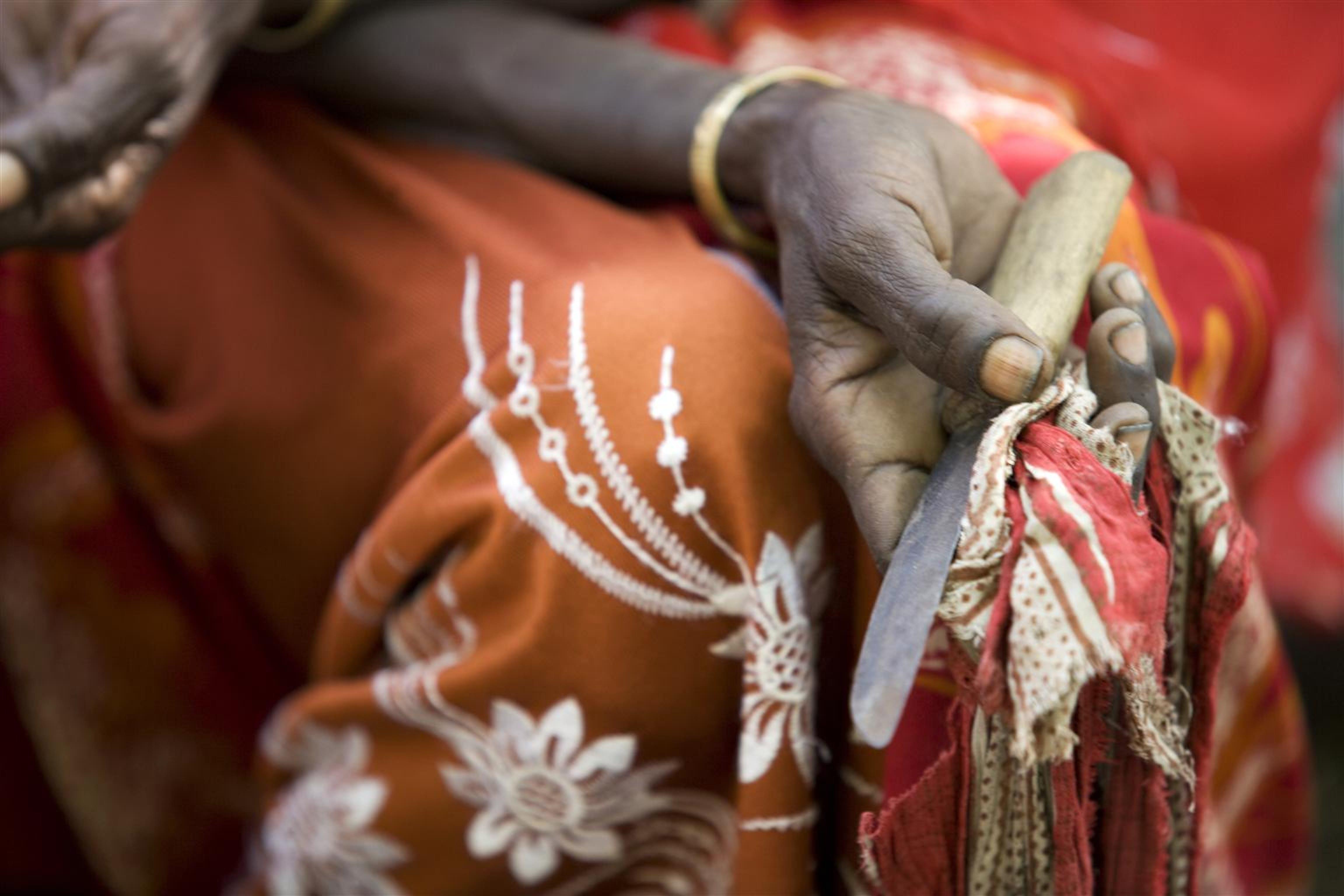 Una donna che ha deciso di abbandonare la pratica delle mutilazioni genitali mostra gli arnesi del suo mestiere durante un incontro nel villaggio di Kabele, in Etiopia -  ©UNICEF/NYHQ2009-2263/K.Holt
