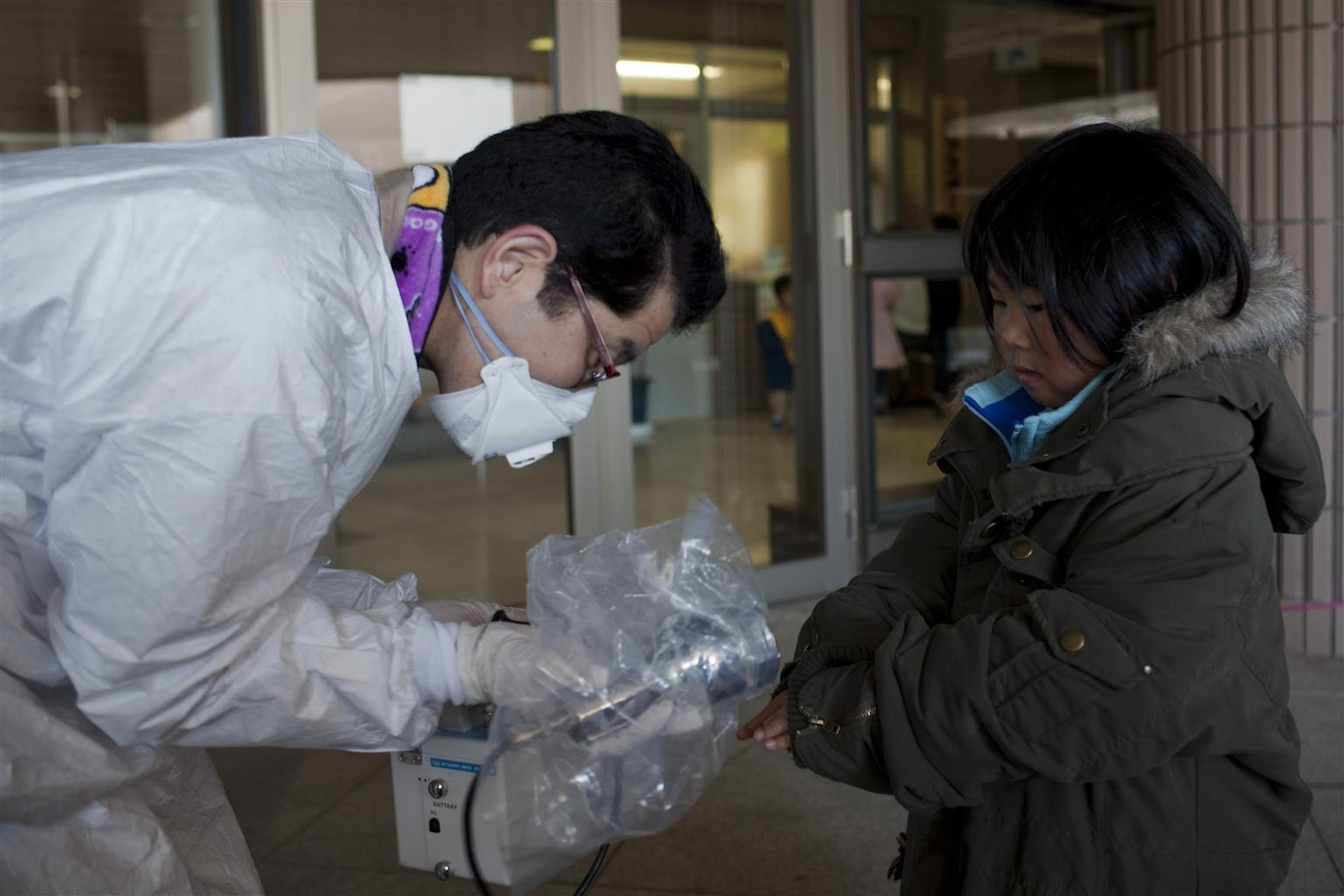 Test di radioattività prima dell'evacuazione per una bambina che abita nei dintorni delle centrali nucleari di Fukushima (Giappone) - ©UNICEF/NYHQ2011-0433/Adam Dean