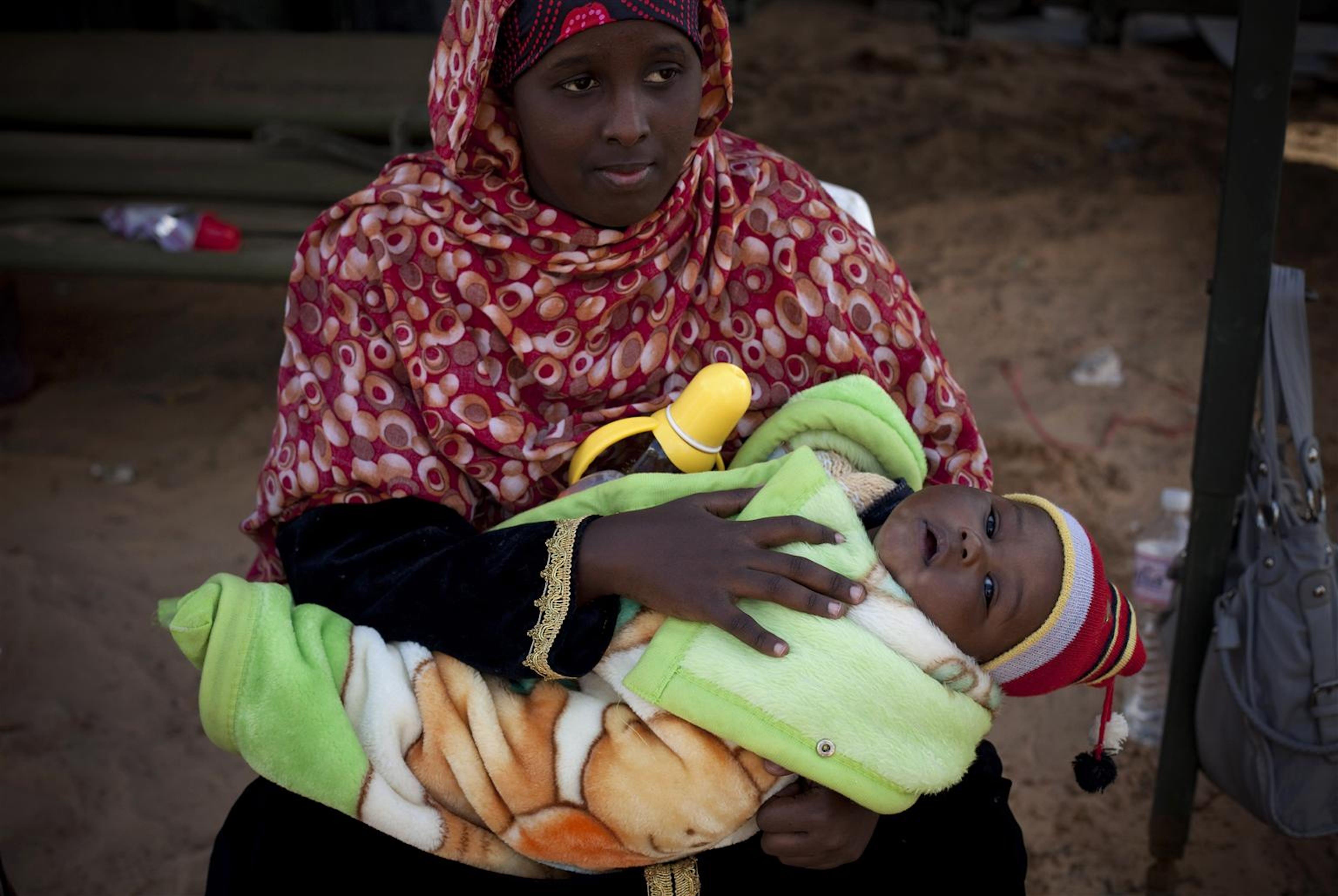 Una donna di nazionalità somala con il suo bambino nel campo profughi di Ras Jedir, al confine tra Tunisia e Libia - ©UNICEF/NYHQ2011-0347/M.Ramoneda