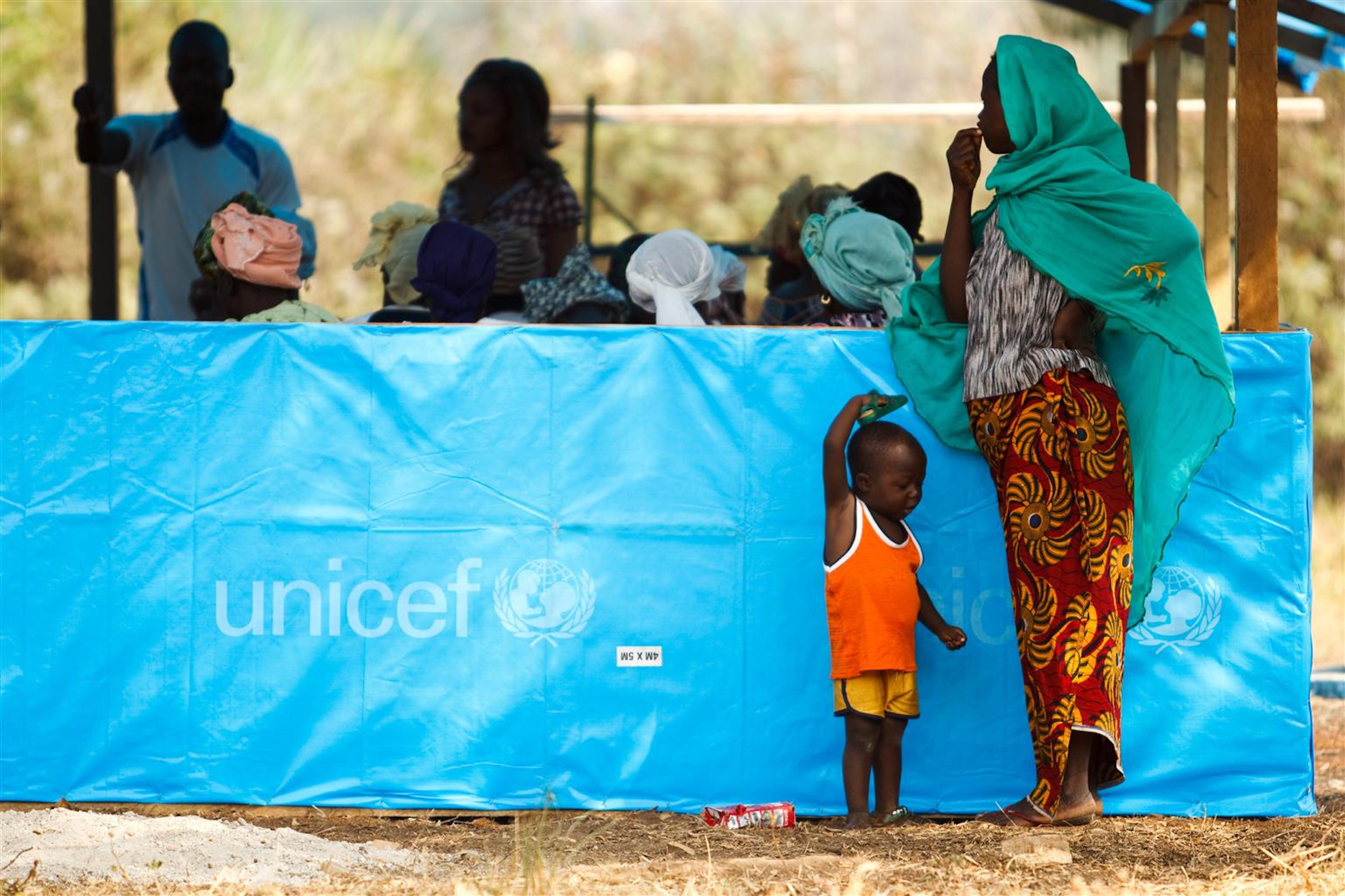 Una donna con bambino ospite di un centro per sfollati nella città di Man (Costa d'Avorio) - ©UNICEF/NYHQ2011-0146/O.Asselin