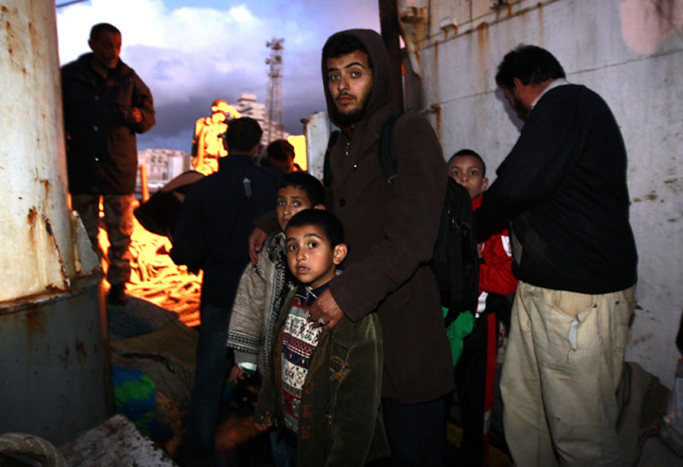 Bambini e adulti sfollati via mare dalla città sotto assedio di Misurata (Libia) in attesa di sbarcare nel porto di Bengasi - ©Reuters/Yannis Behrakis