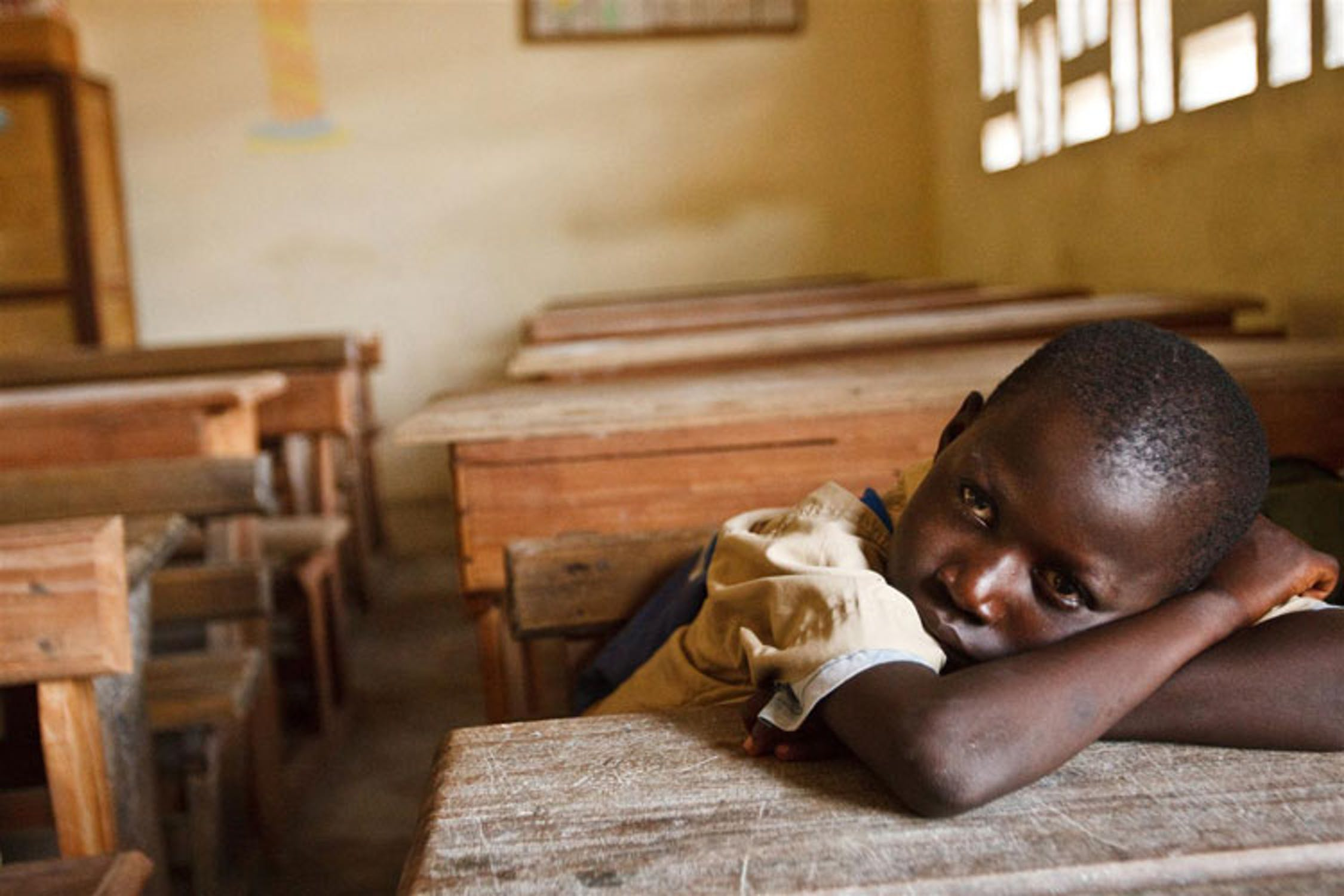 Un alunno della scula elmentare di Treichville, nei dintorni di Abidjan, attende l'arrivo dell'insegnante - ©UNICEF/NYHQ2011-0540/Asselin