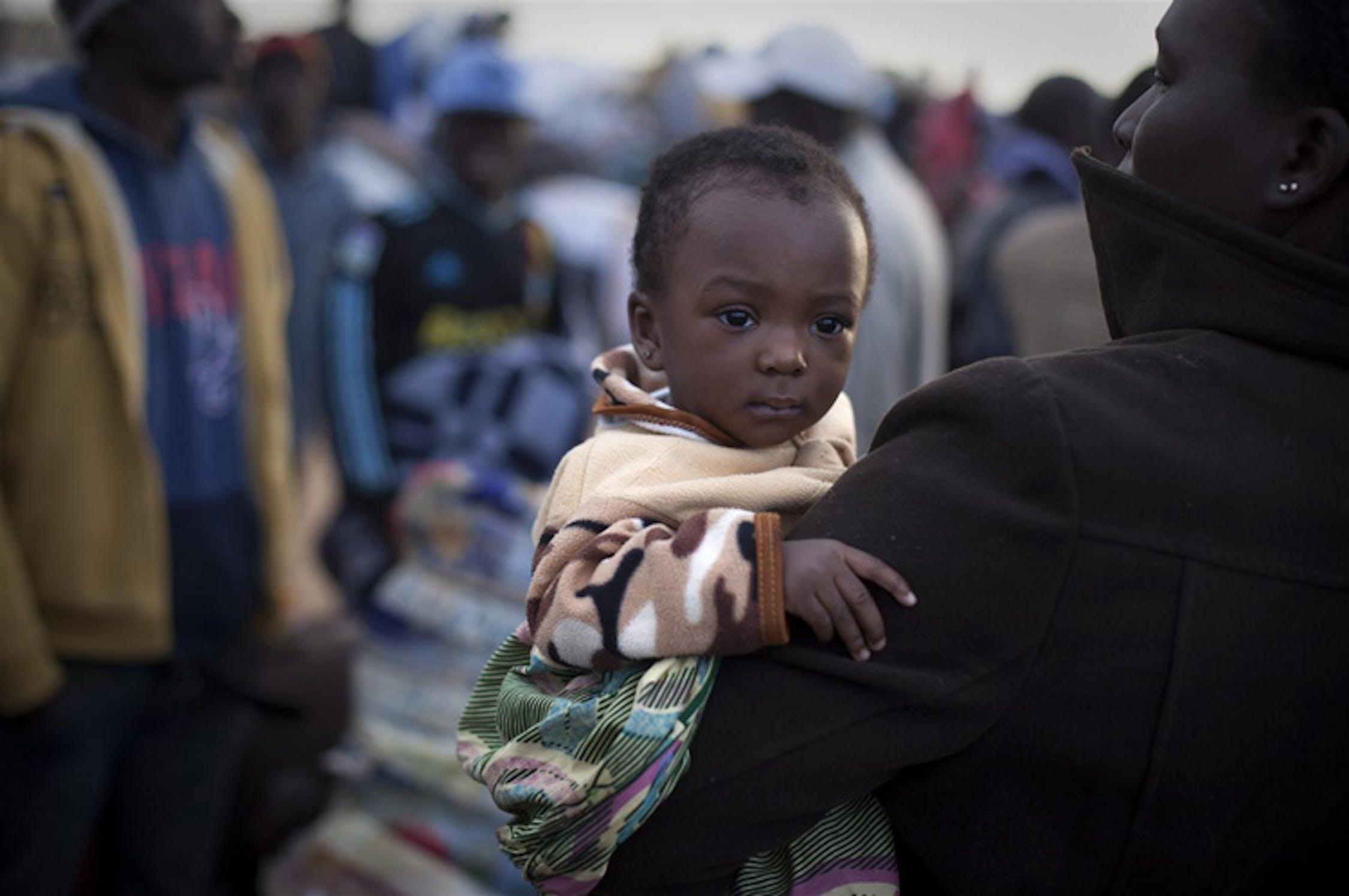 Nadia, 10 mesi, insieme alla sua mamma: fuggite dalla Libia, si trovano in un campo profughi in Tunisia in attesa di essere rimpatriate in Ghana, loro paese di origine - ©UNICEF/NYHQ2011-0505/Ramoneda