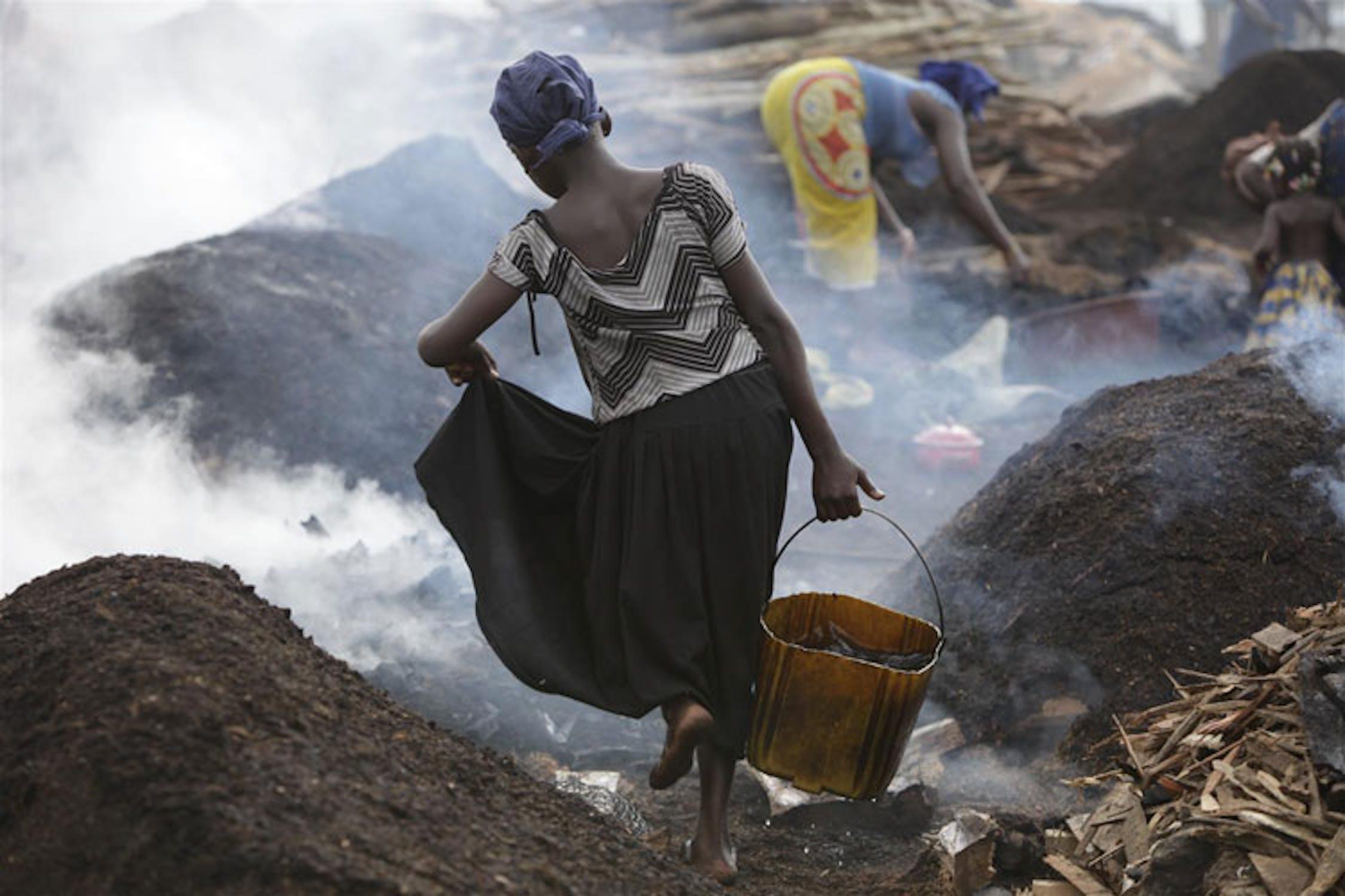 Questa bambina di San Pedro (Costa d'Avorio) ha 11 anni: dovrebbe essere a scuola, ma come altre sue coetanee lavora nella produzione di carbone da legna - ©UNICEF/NYHQ2010-2490/M.Kamber