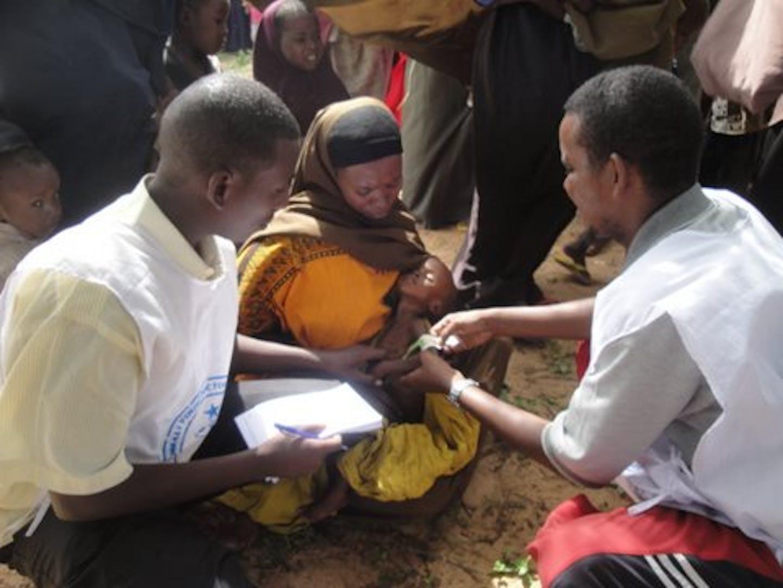 Un team medico mobile dell'ONG somala Soyda, partner dell'UNICEF, cura i bambini malnutriti del campo per sfollati di Alla-Yasir, nella regione del basso Shabelle - ©Soyda/2011