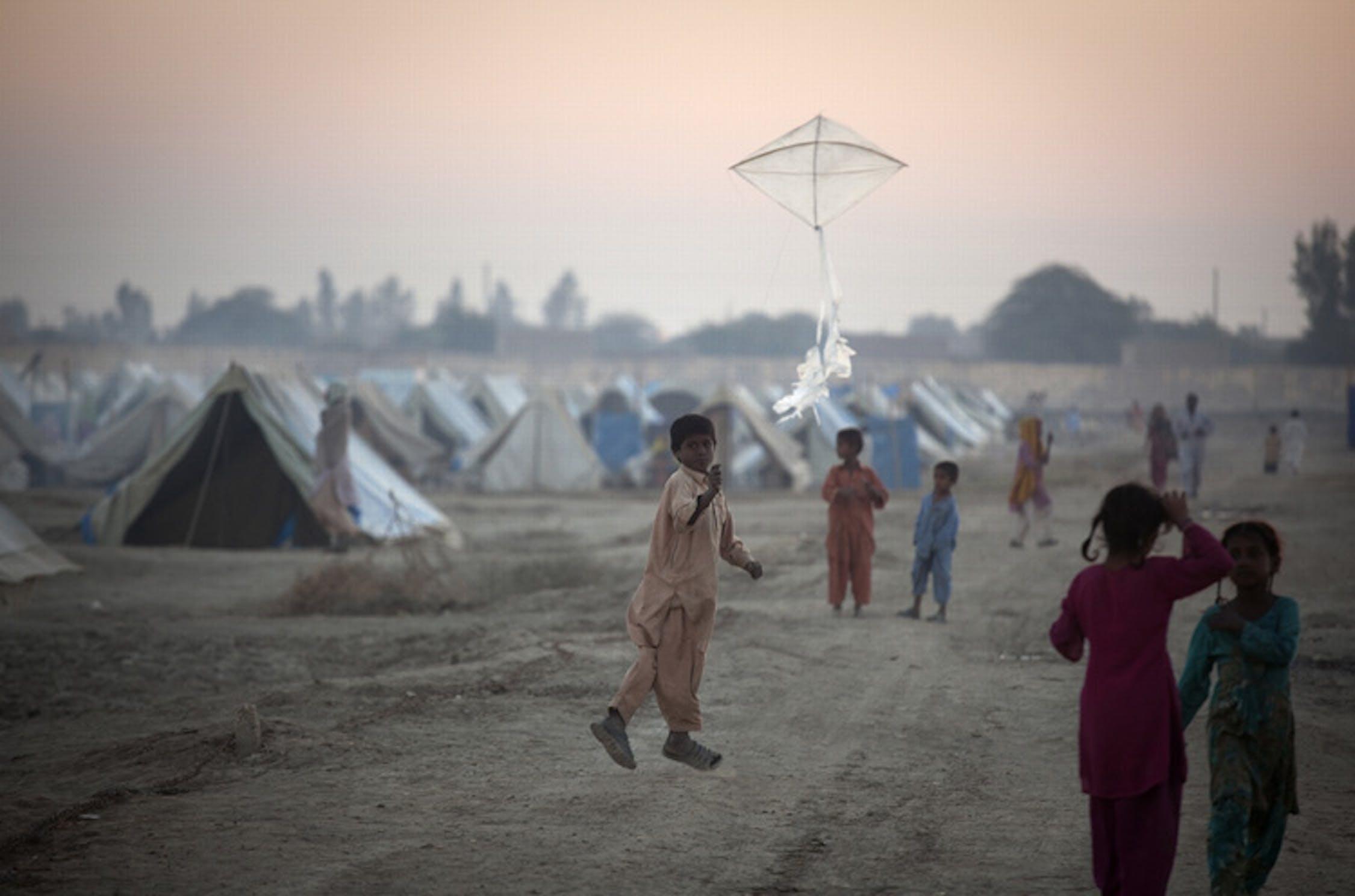 Un bambino fa volare un aquilone in un campo per sfollati a Sukkur, nella provincia del Sindh (Pakistan) - ©UNICEF/2011/Marta Ramoneda