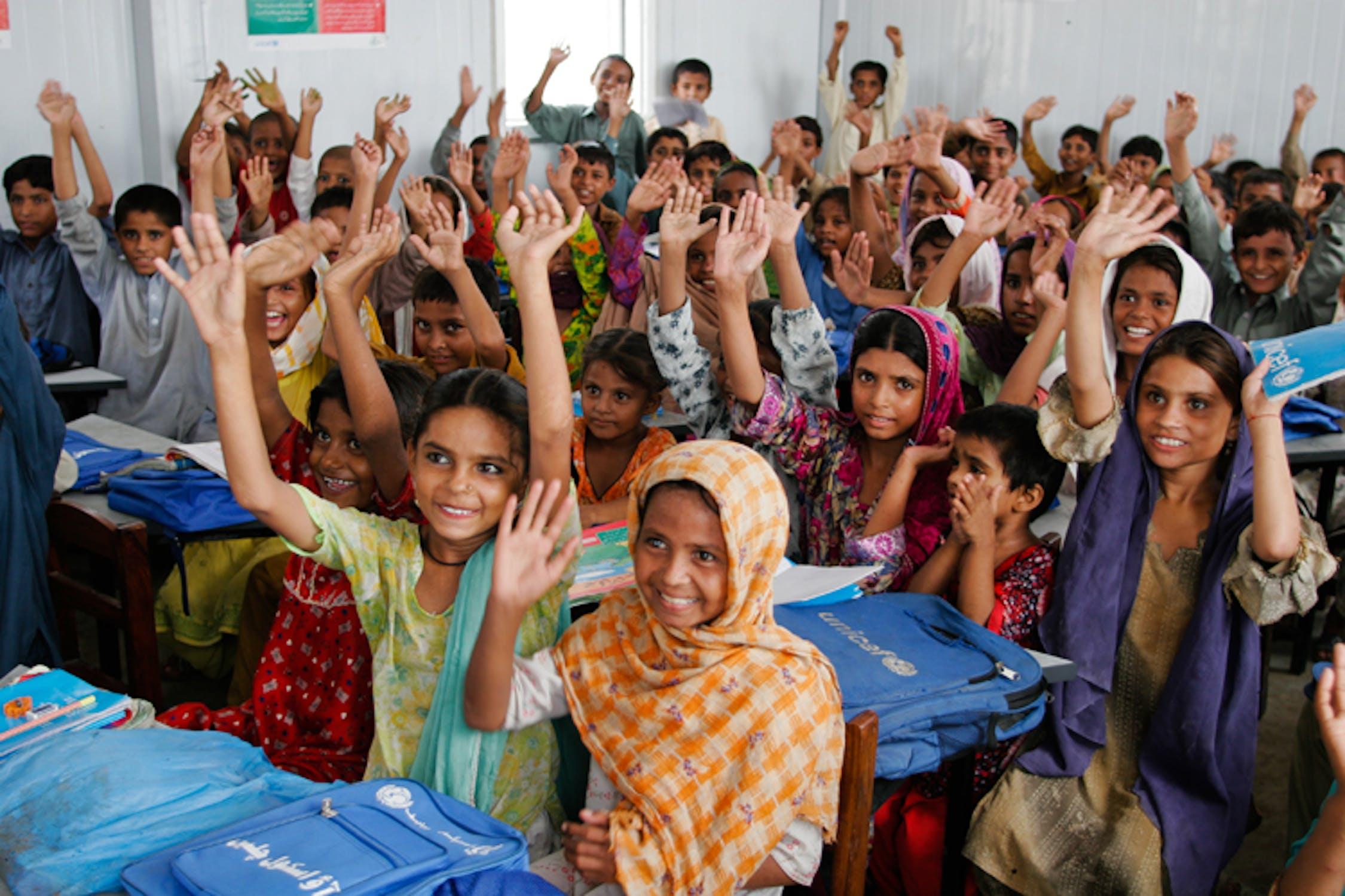Una delle centinaia di scuole temporanee costruite dall'UNICEF in Pakistan a seguito dell'emergenza: siamo a Mullan Wala, nella provincia del Punjab - ©UNICEF Pakistan/2011/Kristen Elsby/MG4222