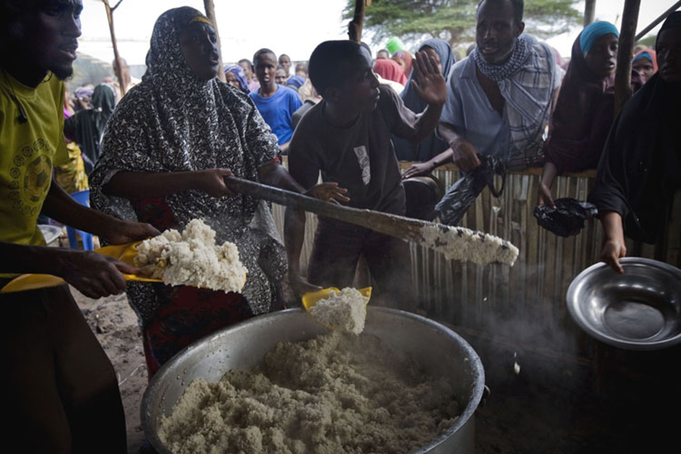La cottura del pasto a base di mais nel campo per sfollati di Badbado, a Mogadiscio (Somalia) - ©UNICEF NYHQ/2011-1226/Holt