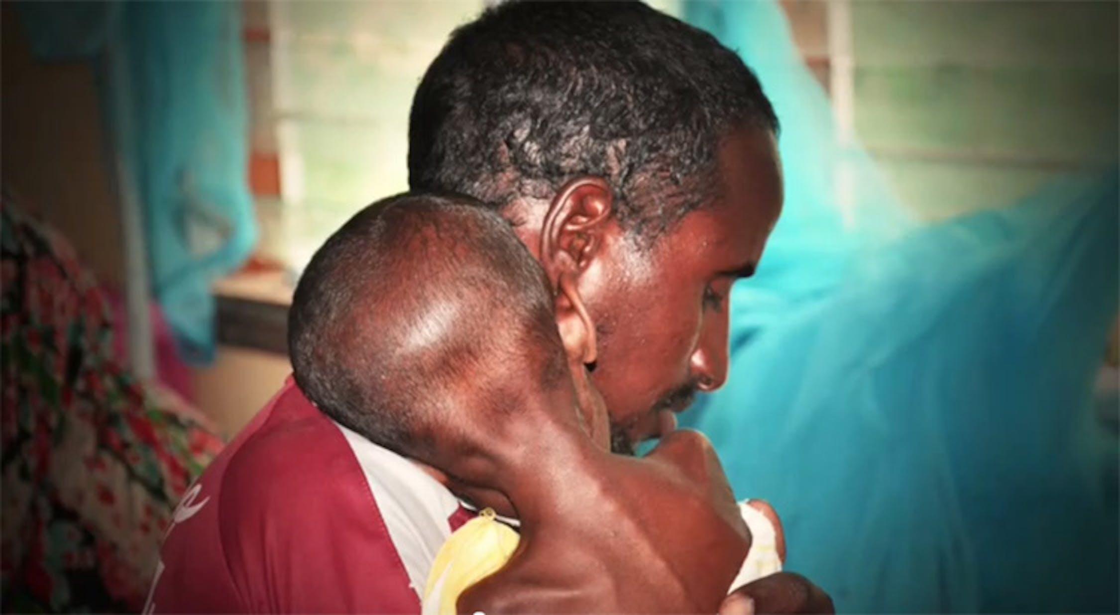 Padre e bambino in un Centro nutrizionale sostenuto dall'UNICEF: il piccolo, Aden, uscirà dalla struttura in buona salute - ©UNICEF Video/2011
