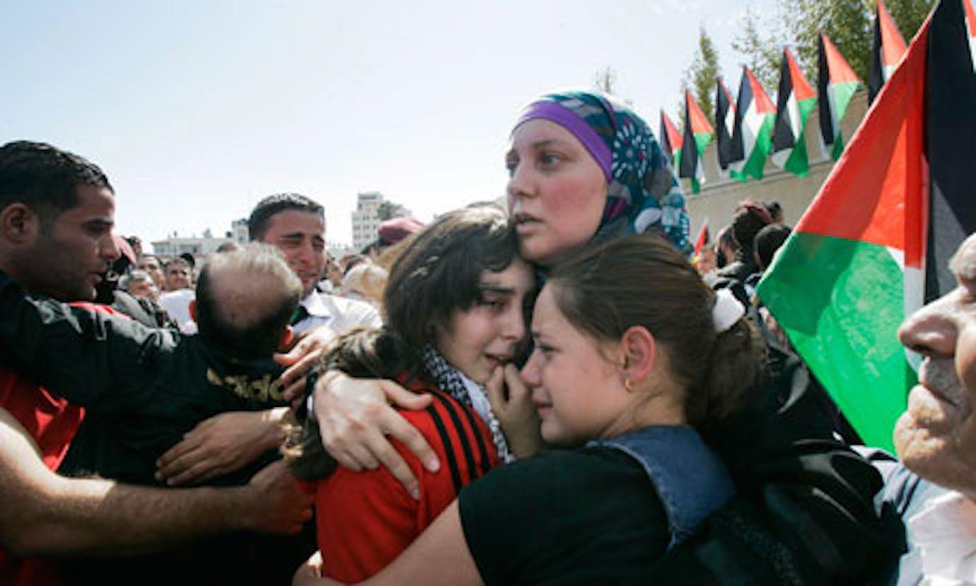 Una donna appena liberata dalle carceri israeliane riabbraccia i suoi figli - ©Guardian/2011