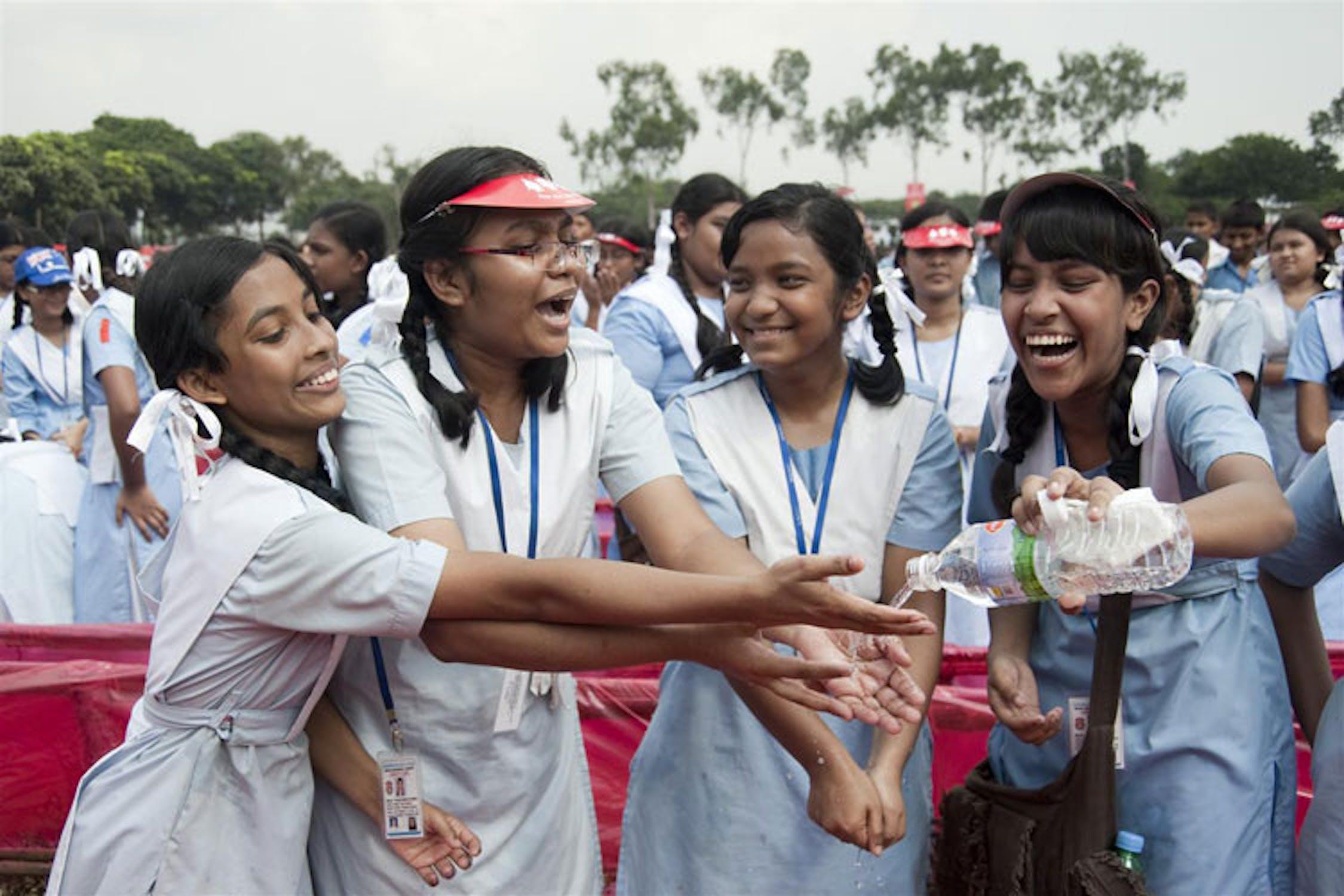 Studentesse di Dacca, capitale del  Bangladesh, durante una manifestazione scolastica per la Giornata sulla pulizia delle mani 2010 - ©UNICEF/BANA2010-1046/Mojumder