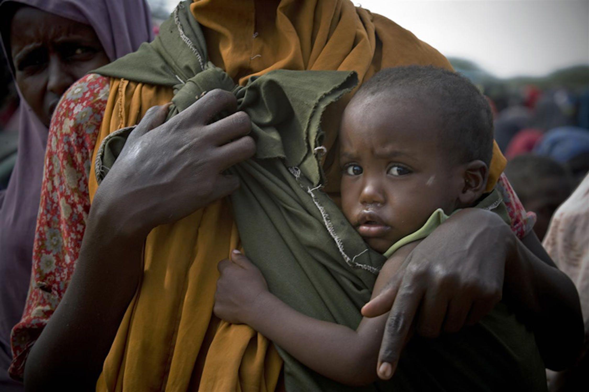 Madre e bambino nel campo per sfollati di Badbado, uno dei più grandi nell'area di Mogadiscio, capitale della Somalia - ©UNICEF/NYHQ2011-1181/K.Holt