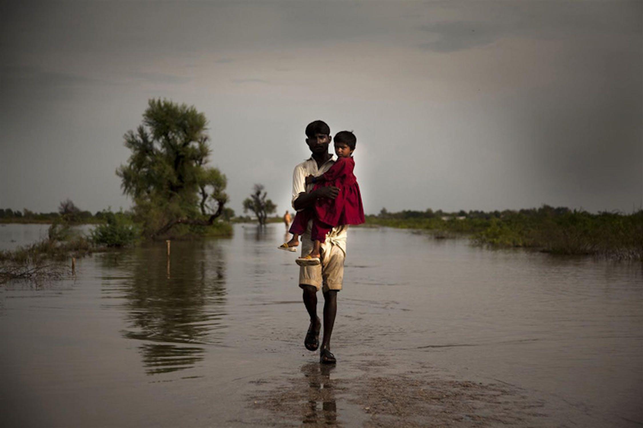 Padre e figlia a Digri, provincia del Sindh (Pakistan) devastata dalle alluvioni di fine settembre 2011 -  ©UNICEF/NYHQ2011-1389/K.Page
