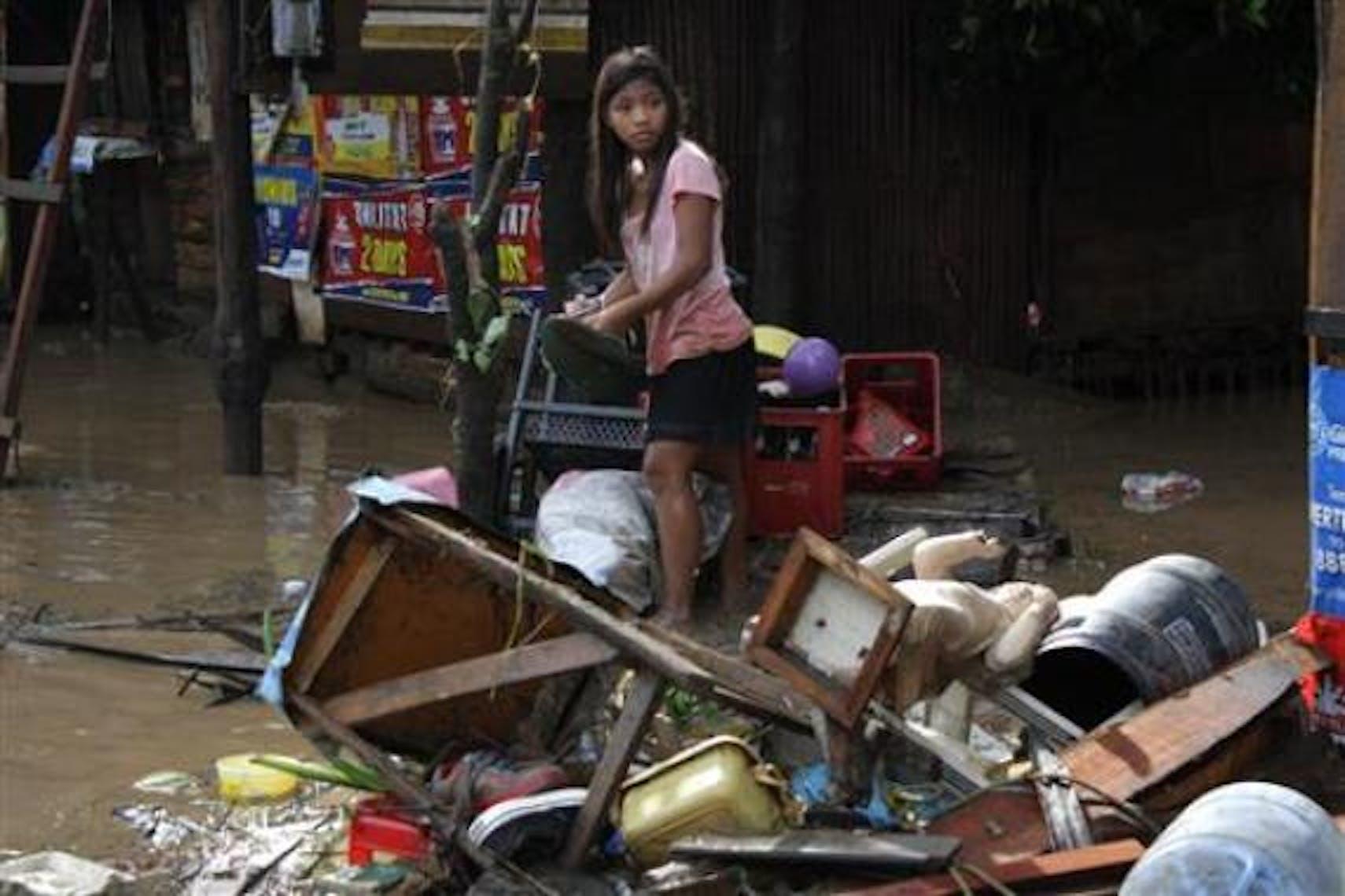 Una bambina tra le macerie della sua abitazione nell'isola di Mindanao - ©Reuters/Stringer