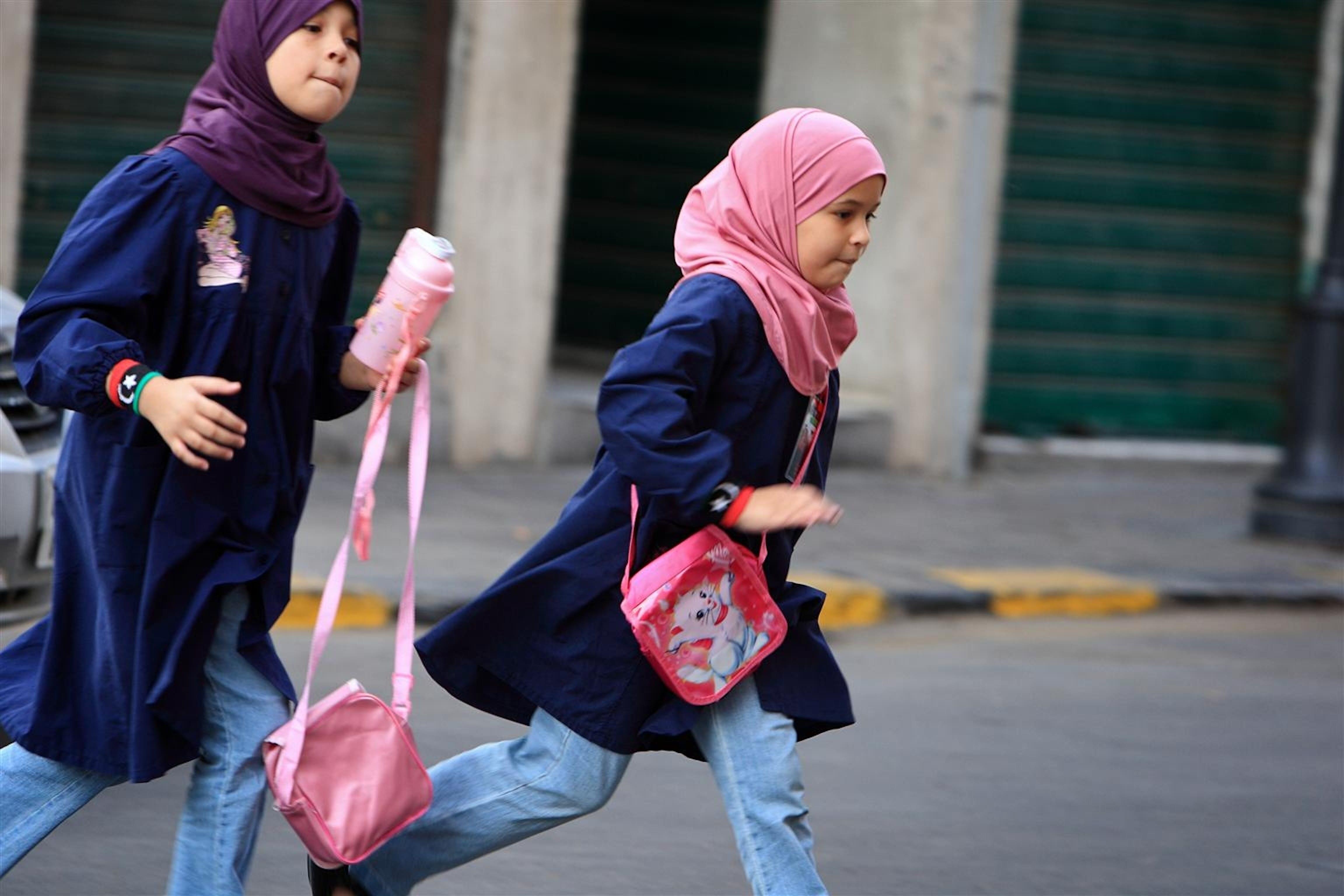 Bambine che arrivano alla scuola primaria Seida Hafsa di Tripoli, la capitale.