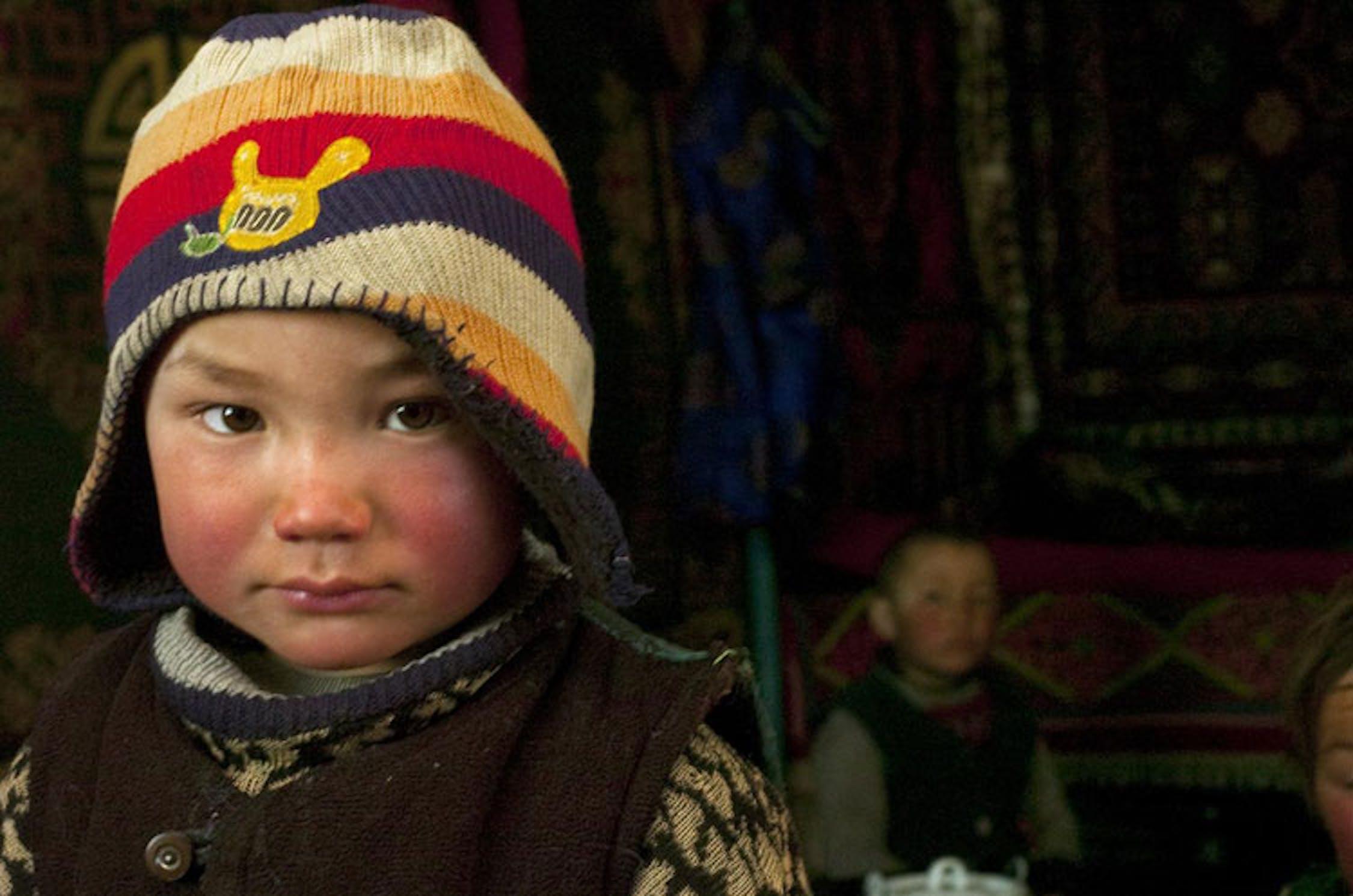 Uralbai (5 anni), appartiene a una famiglia di pastori del distretto di Bulgan, in Mongolia. Quasi sempre il suo pasto serale consiste in una tazzà di te con una fetta di pane -  ©UNICEF/NYHQ2010-0442/Cullen
