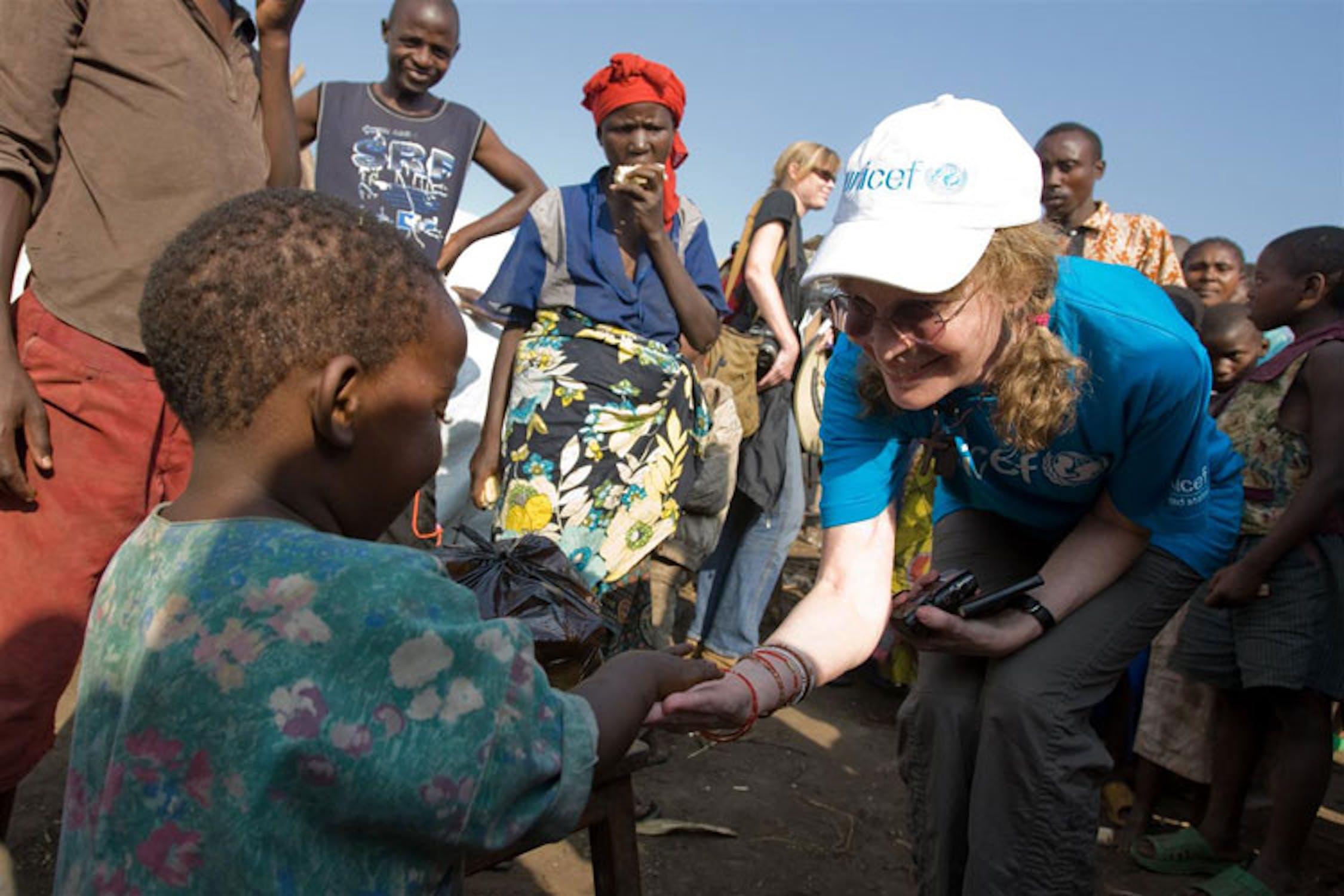 Mia Farrow durante una precedente missione con l'UNICEF nella regione del Kivu (Repubblica Democratica del Congo) - ©UNICEF/NYHQ2008-1255/Asselin