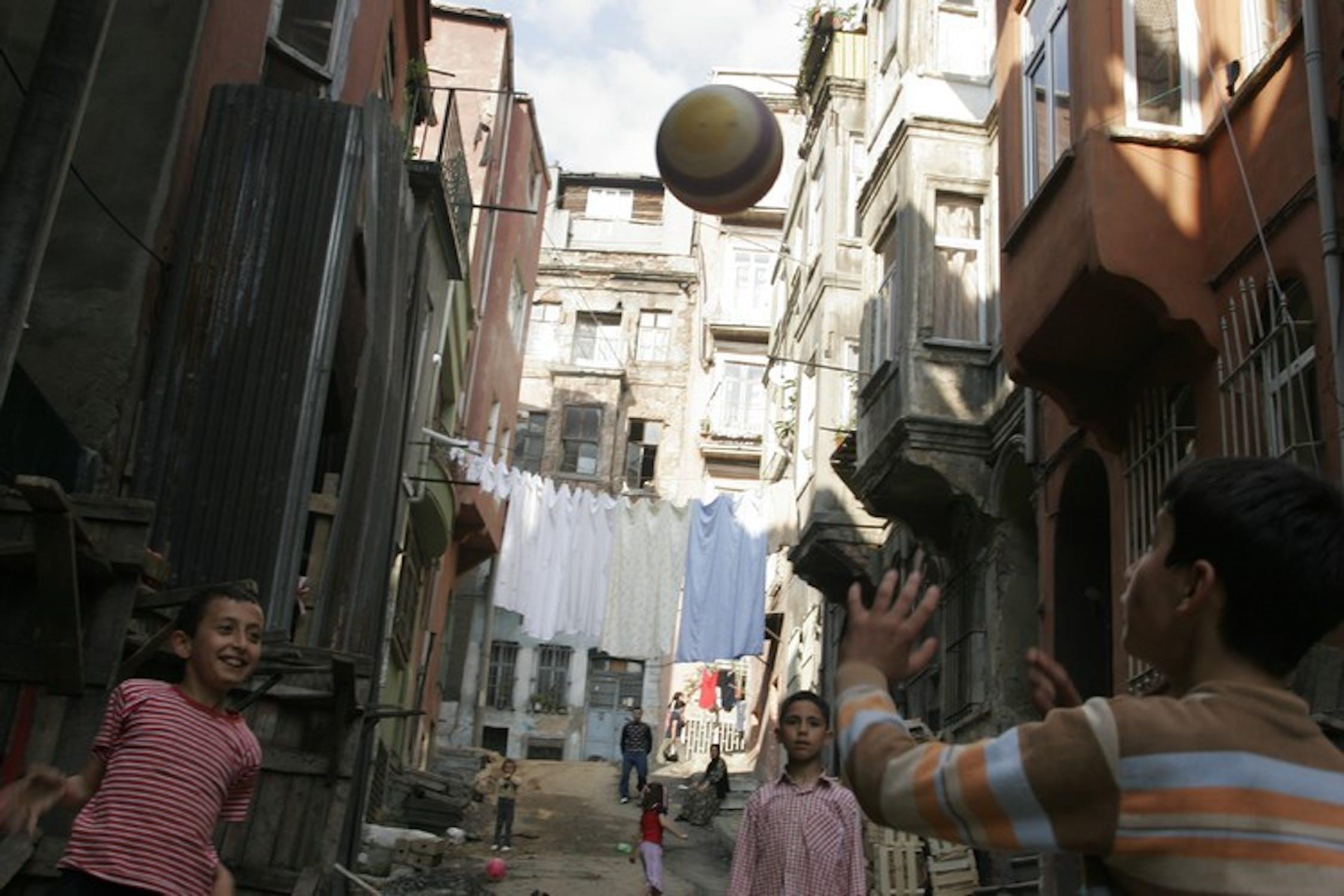Ragazzini giocano in una strada di Tarlabasi, sobborgo povero di Istanbul: in Turchia è ancora rilevante il numero di minori (soprattutto bambine) che non frequenta la scuola primaria - ©UNICEF/NYHQ2005-1185/LeMoyne