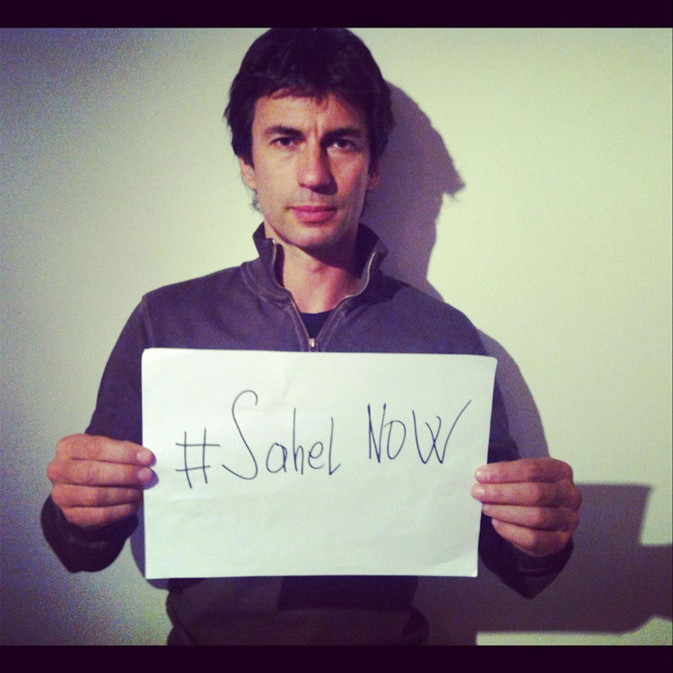 Kledi Kadiu con #SahelNOW, lo hashtag con cui l'UNICEF promuove su Twitter la campagna di solidarietà per i bambini del Sahel - ©UNICEF Italia/2012/A.Longobardi