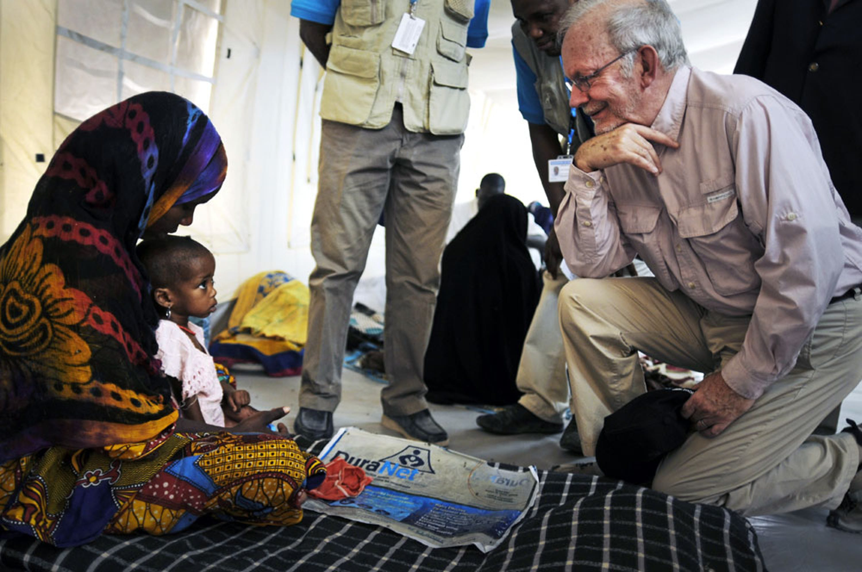 Il direttore dell'UNICEF Anthony Lake parla con la mamma di un bambino nel centro nutrizionale di Mao, nella regione di Kanem (Ciad) -  ©UNICEF/NYHQ2012-0242/Duvillier
