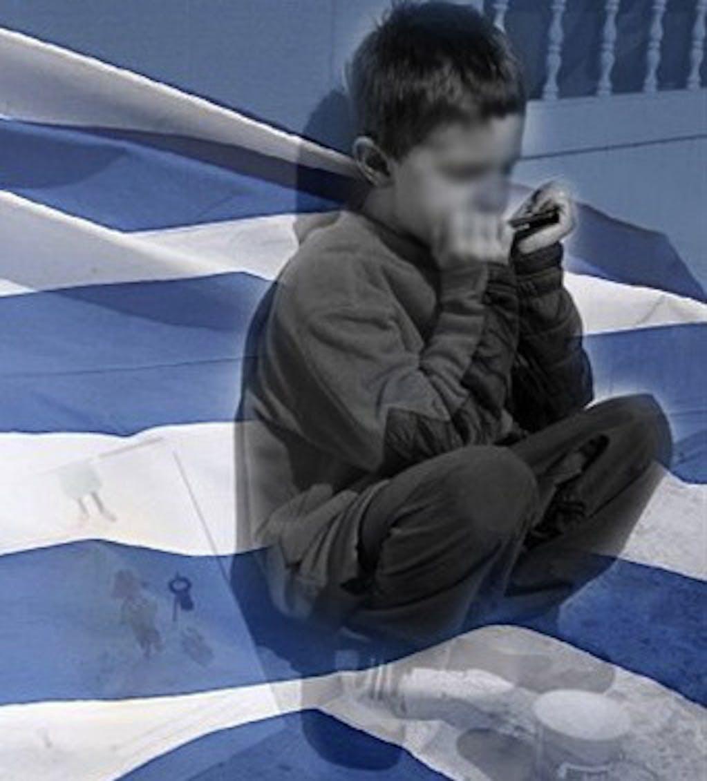 Un bambino con la bandiera della Grecia