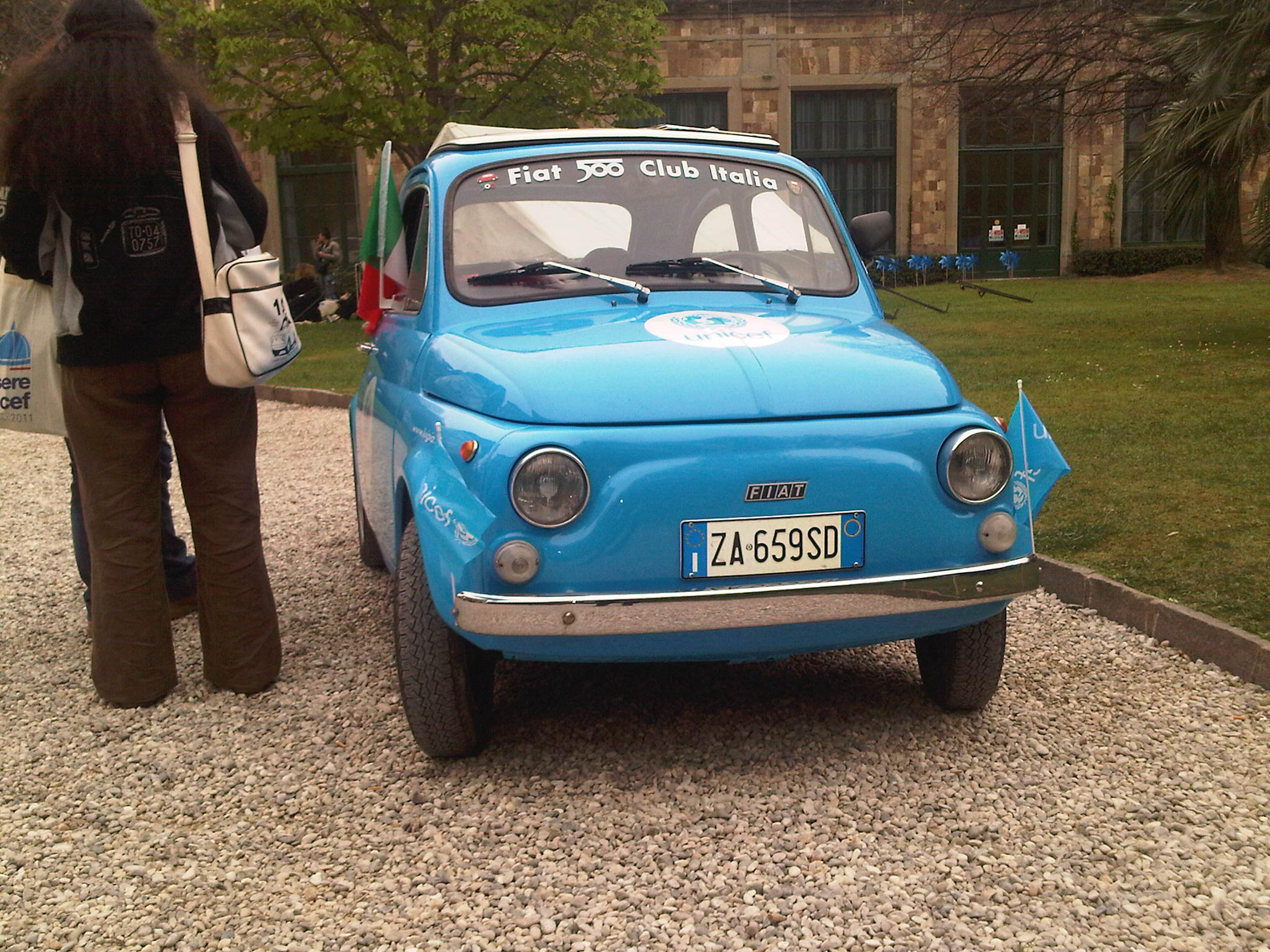 Una Fiat 500 storica con i colori dell'UNICEF - ©UNICEF Italia/2012/M.De Amicis