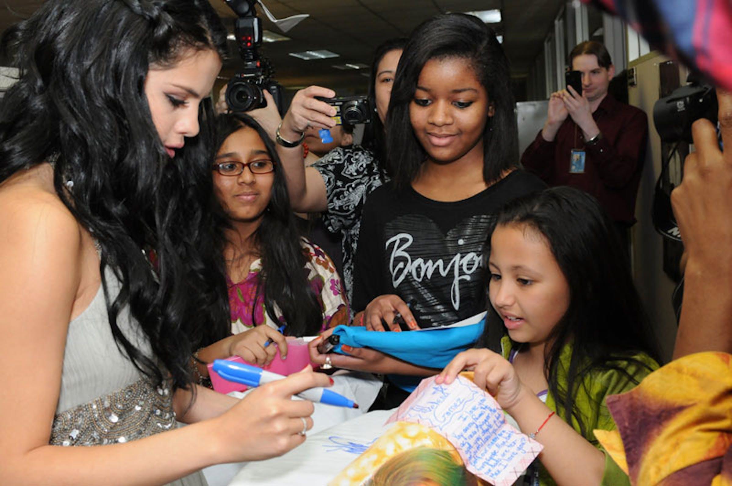 Selena Gomez con alcuni bambini durante la sua visita alla UNICEF House di New York - ©UNICEF NYHQ/2012