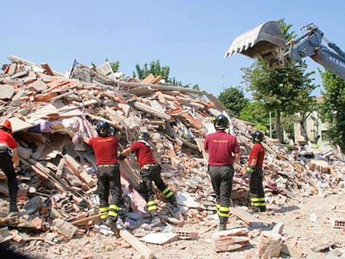 Una squadra di Vigili del Fuoco al lavoro nelle zone del terremoto - ©www.vigilfuoco.it