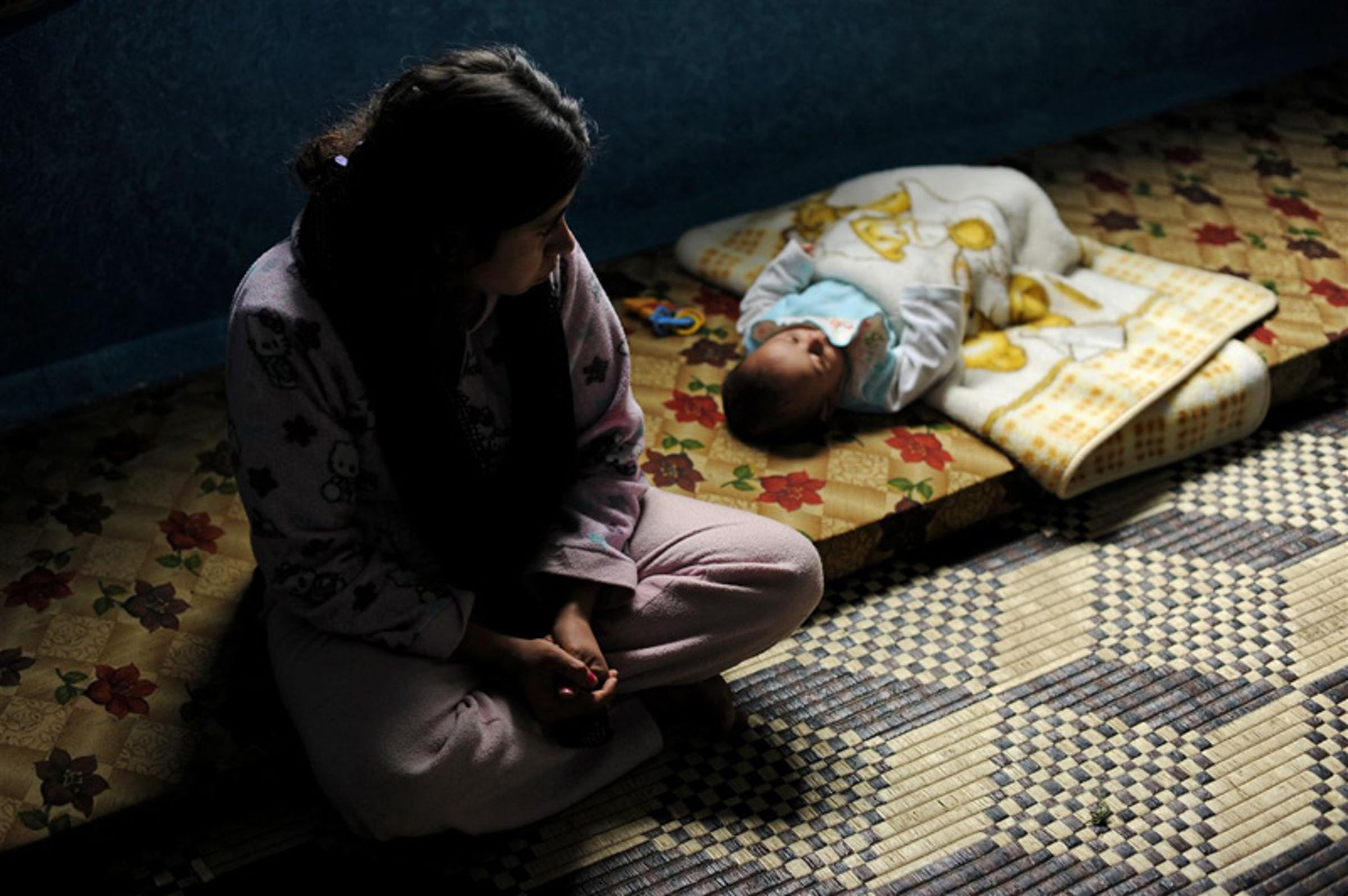 Una profuga siriana con il suo bambino, nel nord del Libano. La donna è fuggita dalla Siria incinta di 8 mesi e ha avuto un parto prematuro - ©UNICEF/NYHQ2012-0226/Brooks