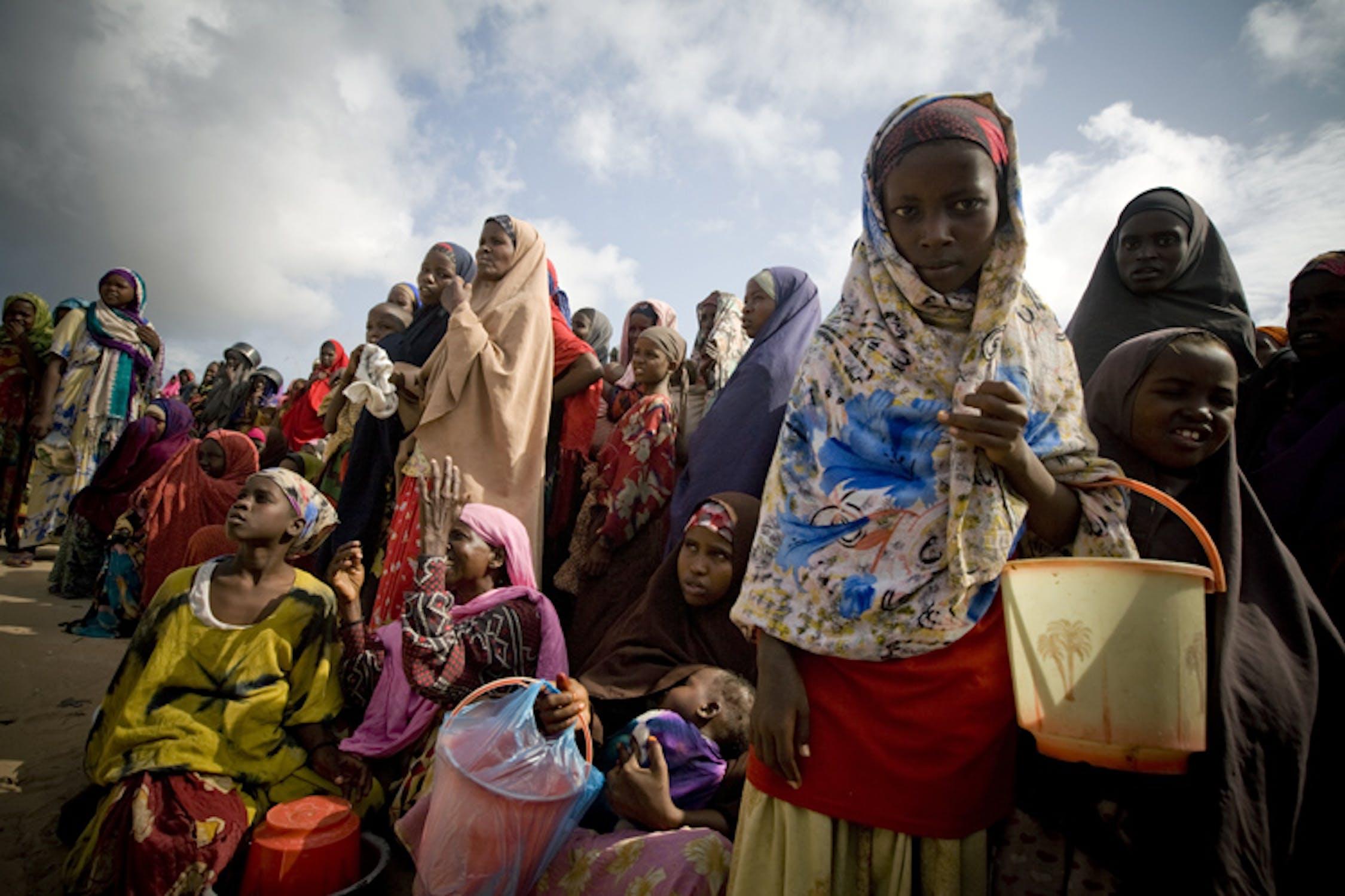 Donne e bambini in un campo per sfollati a Mogadiscio, capitale della Somalia. La crisi alimentare nel Corno d'Africa assorbe un terzo dei fondi previsti dal rapporto UNICEF sulle emergenze per il 2012 - ©UNICEF/NYHQ2011-1182/Holt