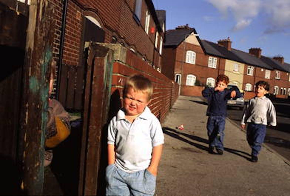 Bambini di Grimethorpe, nella regione inglese del South Yorkshire: dopo la chiusura delle miniere nel 1993 la comunità locale è preda di una diffusa povertà - ©P.Wolmuth/Panos