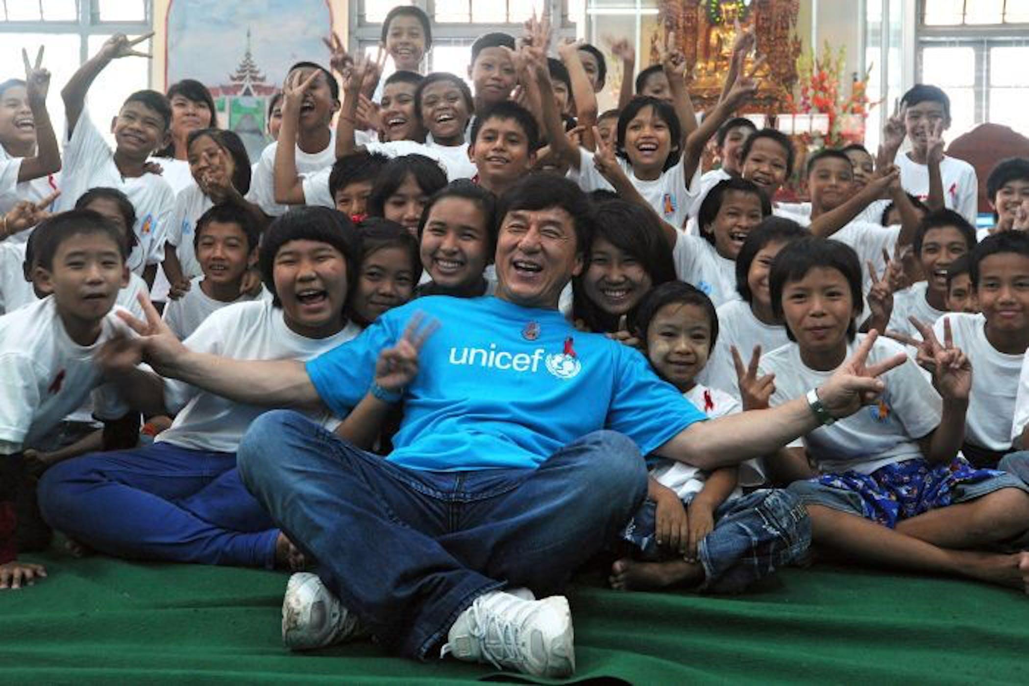 Jackie Chan con i bambini di Rangoon (Myanmar) - ©AFP/Soe Than Win
