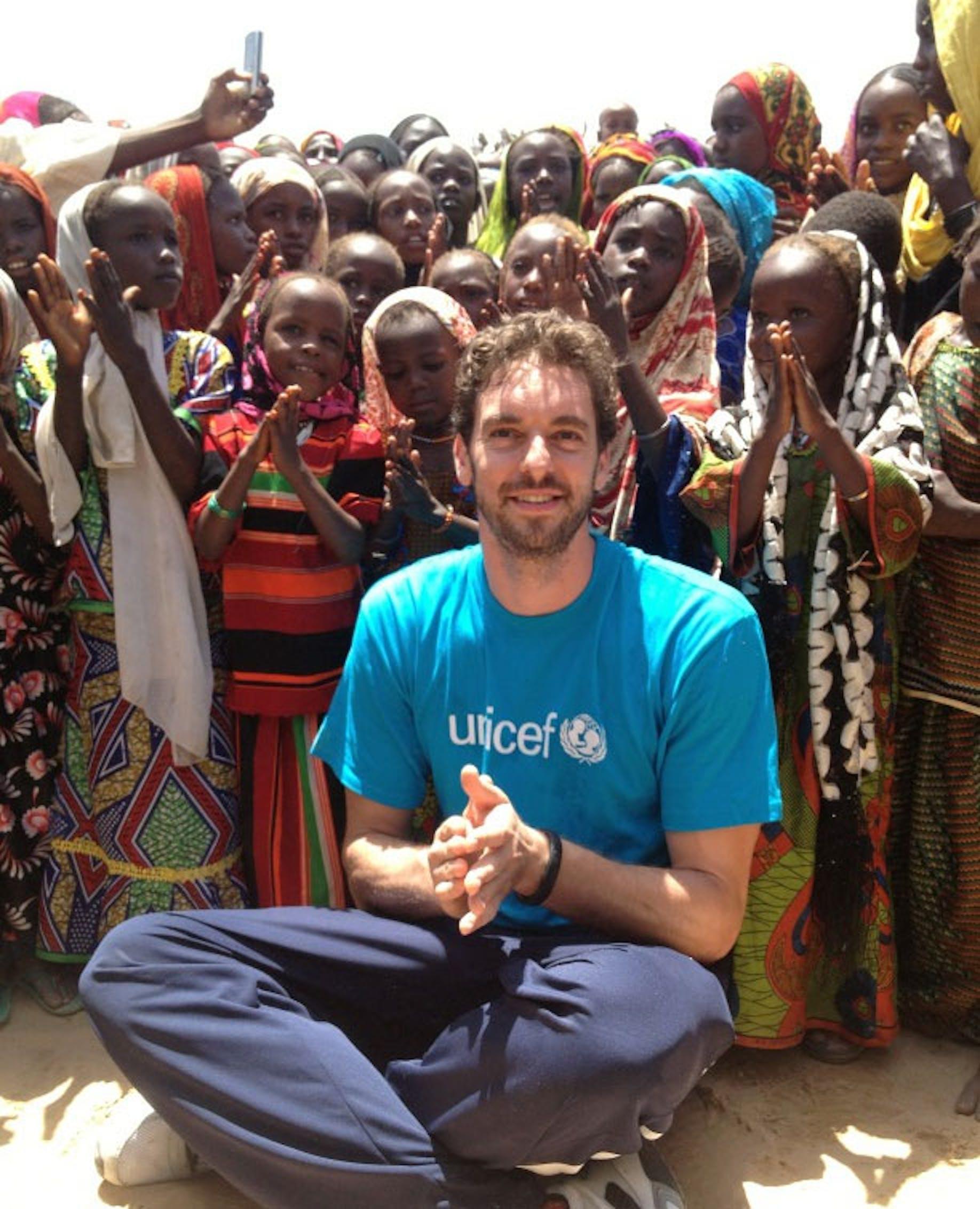 Pau Gasol con i bambini di Kanem (Ciad) durante la sua missione - ©PauGasol - Twitter