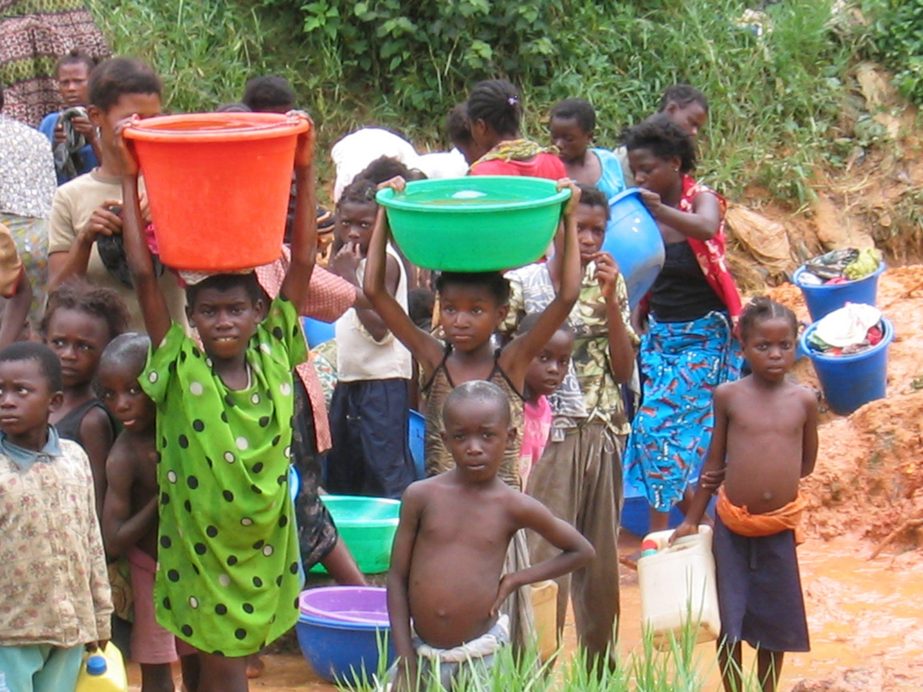 Nei paesi più poveri,  è su bambine e donne che grava il compito della raccolta dell'acqua - ©Manfred Matz