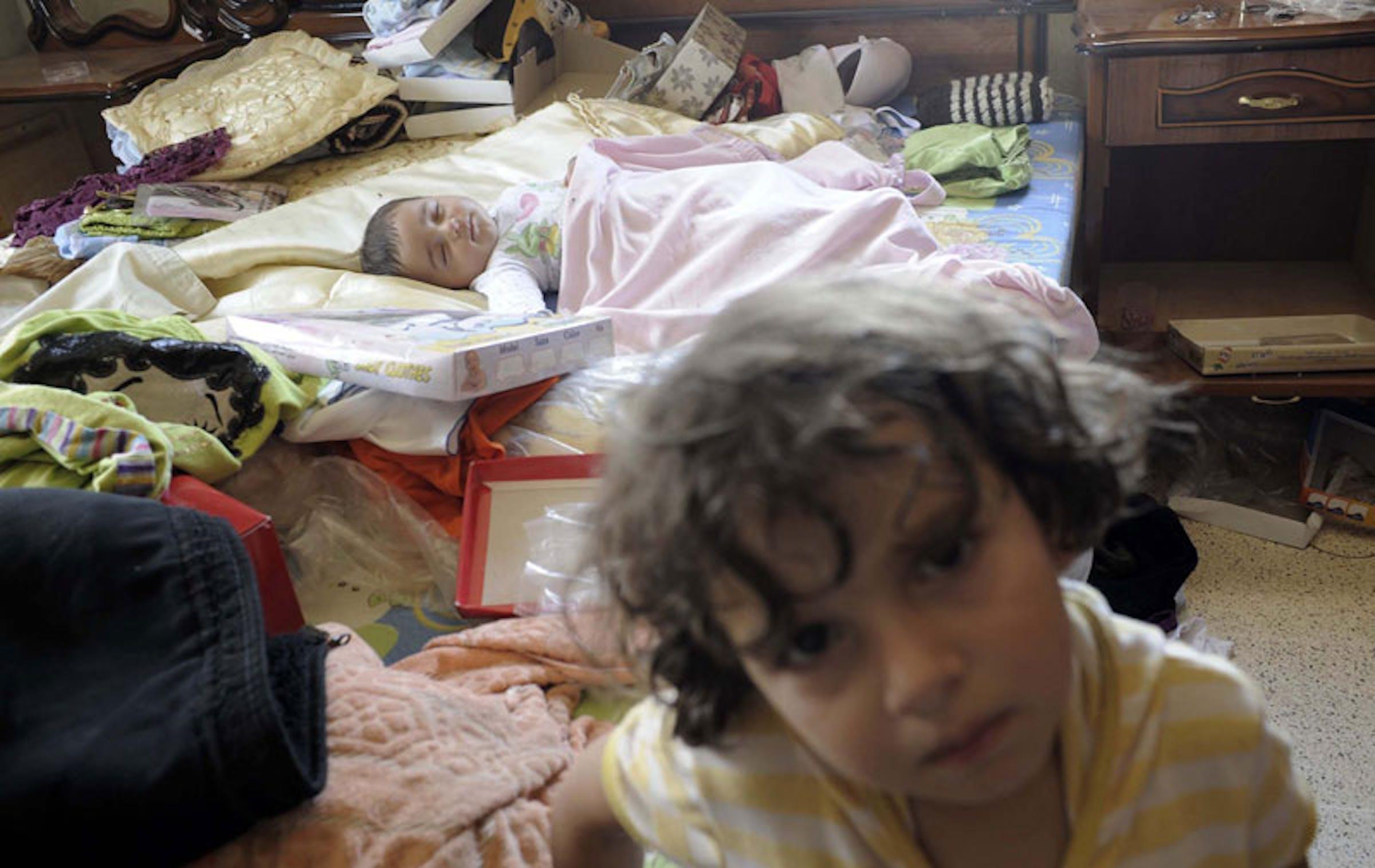 Bambini in un appartamento dopo la perquisizione dell'esercito in cerca di armi. La foto è stata scattata in una città della Siria a inizio luglio 2012 - ©UNICEF/NYHQ2012-0699/Alessio Romenzi