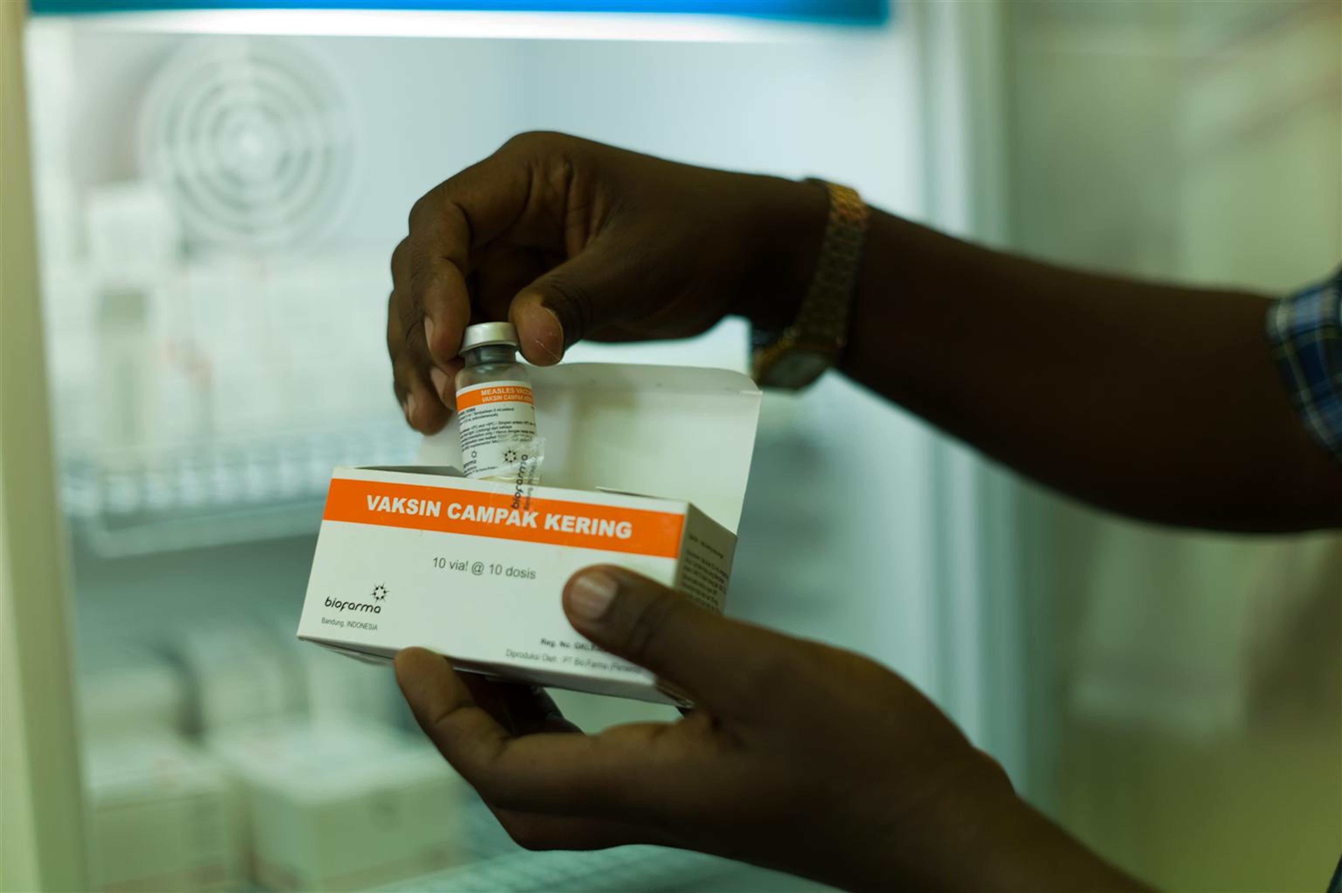Un operatore sanitario con una confezione di vaccini contro il morbillo nel deposito dell'ospedale di Bujumbura (Burundi) - ©UNICEF/NYHQ2012-0656/C.Nesbitt