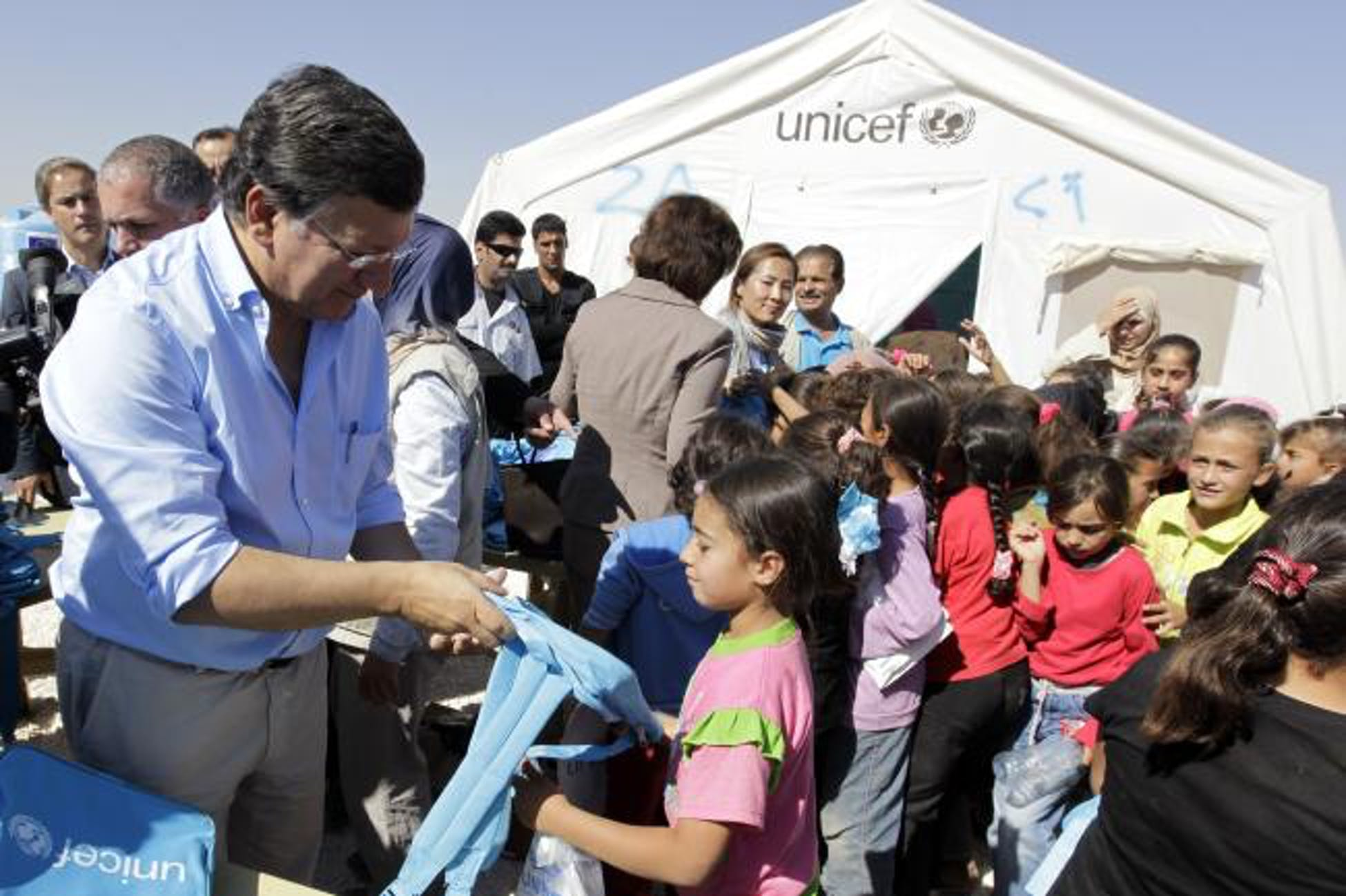 Manuel Barroso, presidente Commissione Europea, partecipa alla distribuzione del materiale scolastico donato dall'UNICEF a Za'atari (Giordania) - ©www.ec.europa.eu