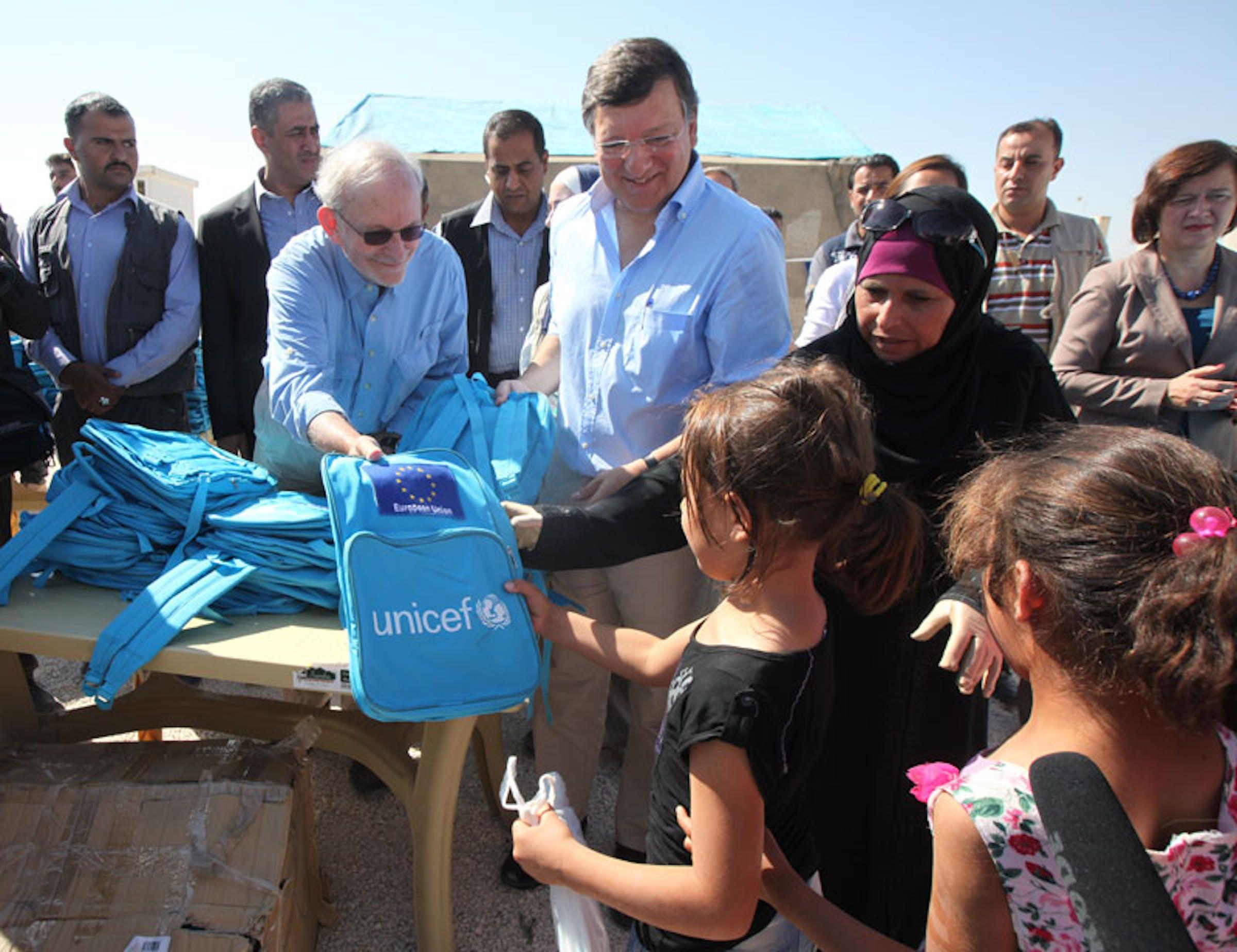 Il direttore UNICEF Anthony Lake insieme al presidente della Commissione Europea José Manuel Barroso con i bambini siriani nel campo profughi di Za'atari - ©UNICEF/NYHQ2012-1264/Malkawi