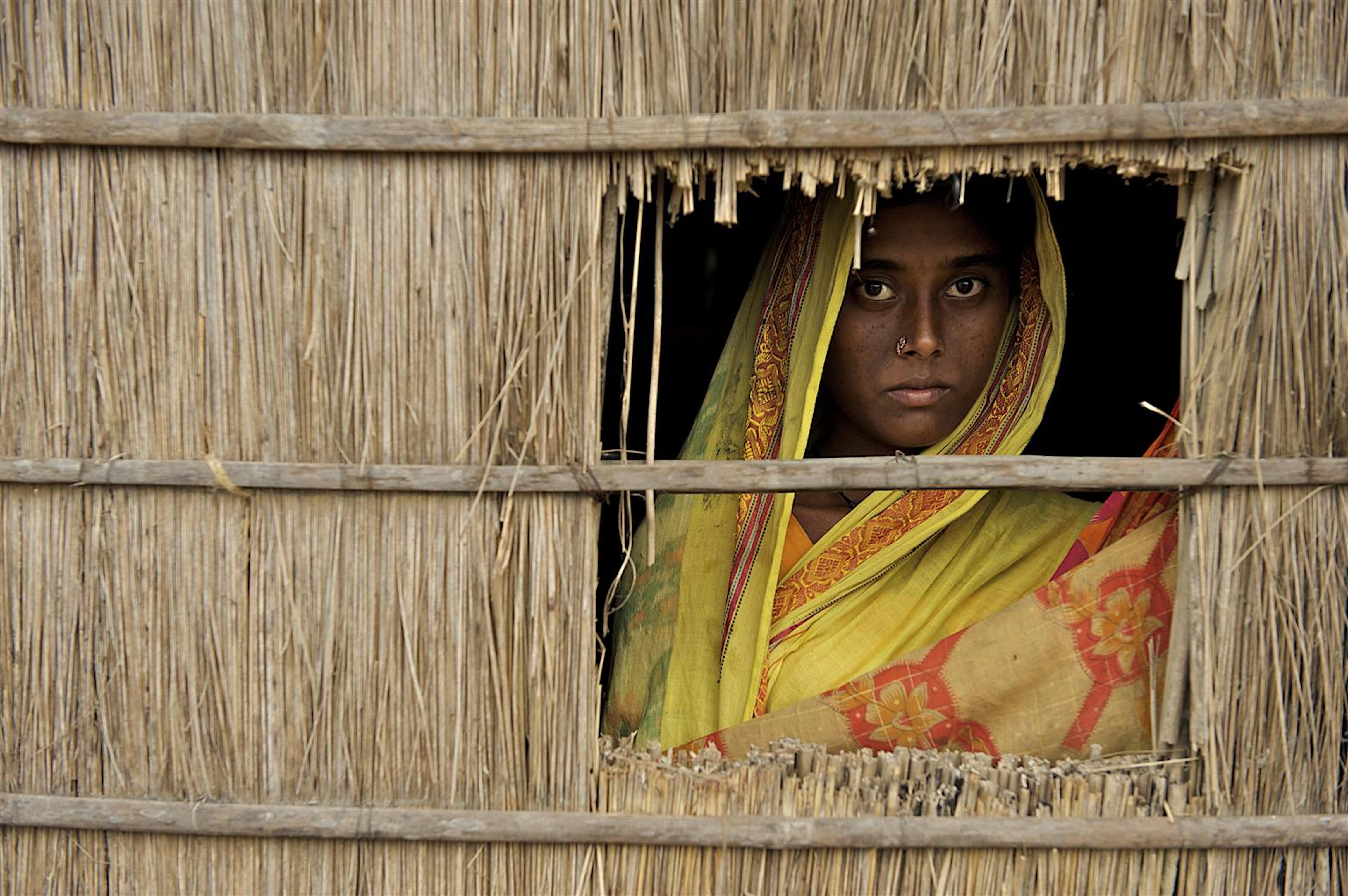 China, 15 anni, nella sua casa di Uttar Bollar Hat (Bangladesh). Sposa a 12 anni, è incinta del primo figlio. In questa regione, i genitori tendono a far sposare le figlie in età più precoce per risparmiare sulla dote -  ©UNICEF/NYHQ2009-2593/Noorani