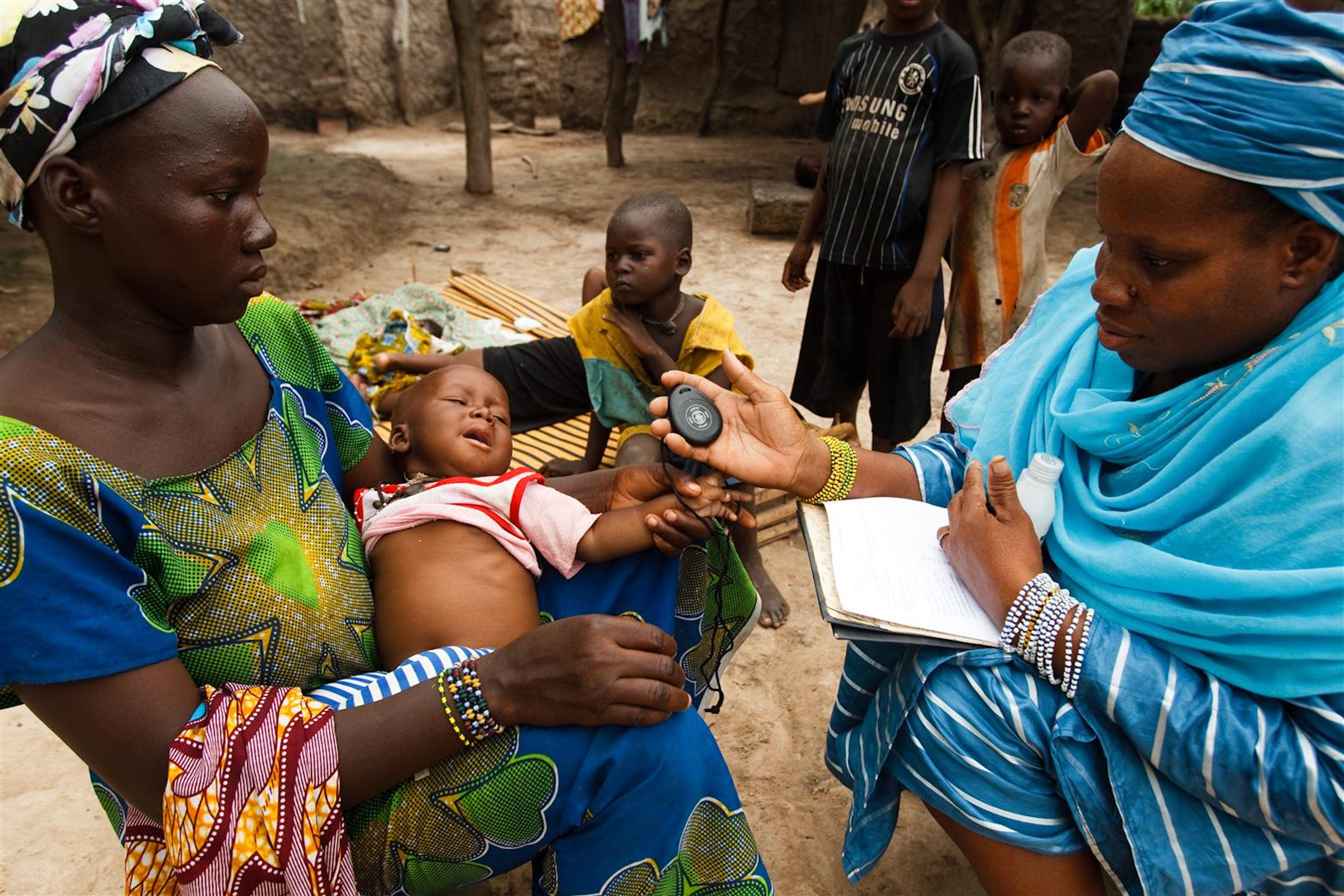 Un'operatrice sanitaria di villaggio misura la respirazione di un bambino di 8 mesi affetto da polmonite, nel villaggio di Kabe (Mali) - ©UNICEF Mali/2010-00637/Asselin