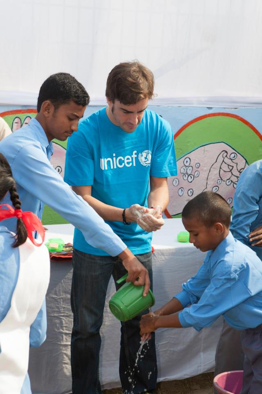 Fernando Alonso con i bambini di Tugarpur (India) durante la visita del 25 ottobre 2012 - ©UNICEF India/2012-03/Prashanth Vishwanathan