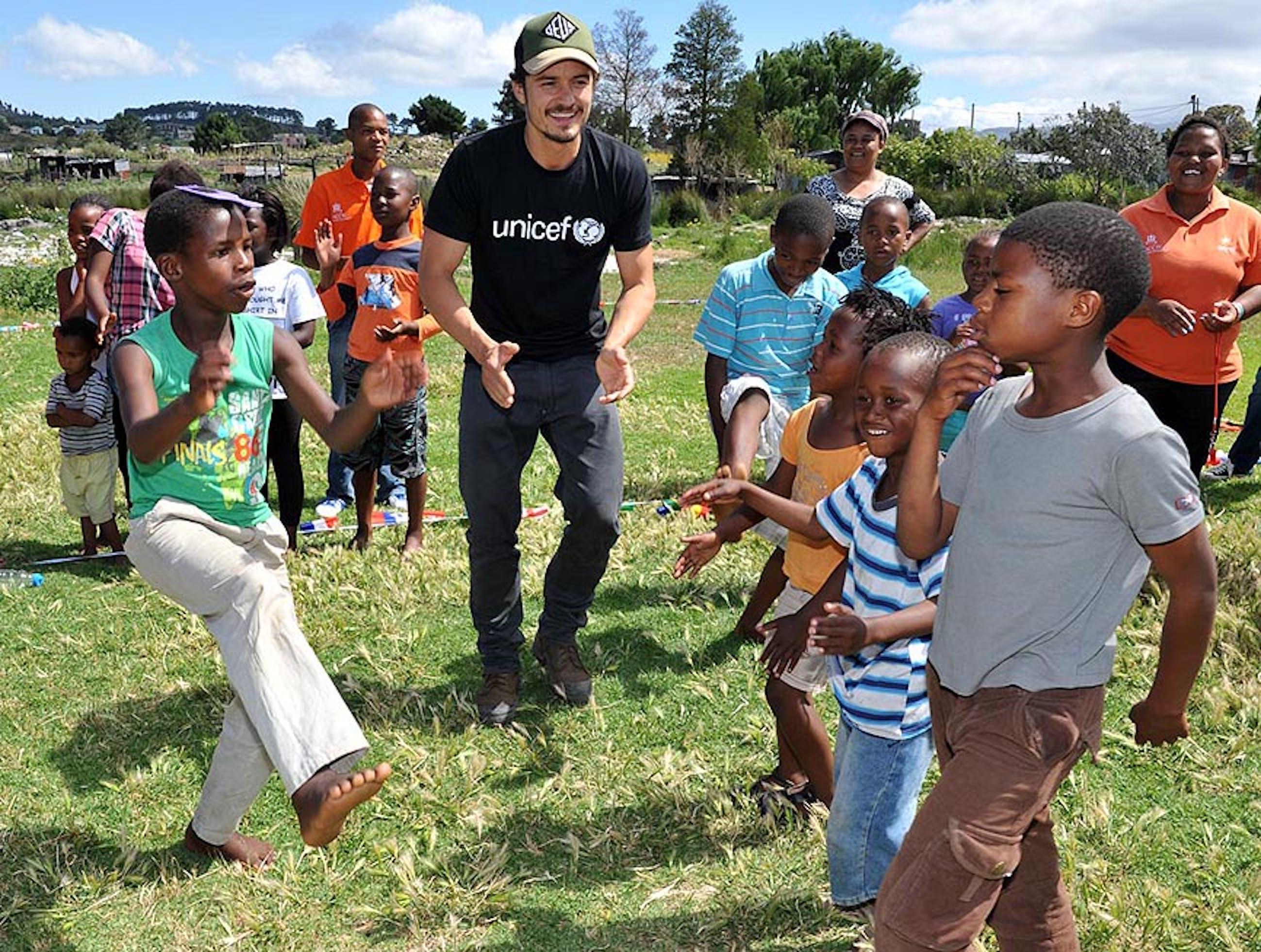 Orlando Bloom durante la sua visita ai progetti UNICEF in Sudafrica - ©UNICEF/2012/Eric Miller