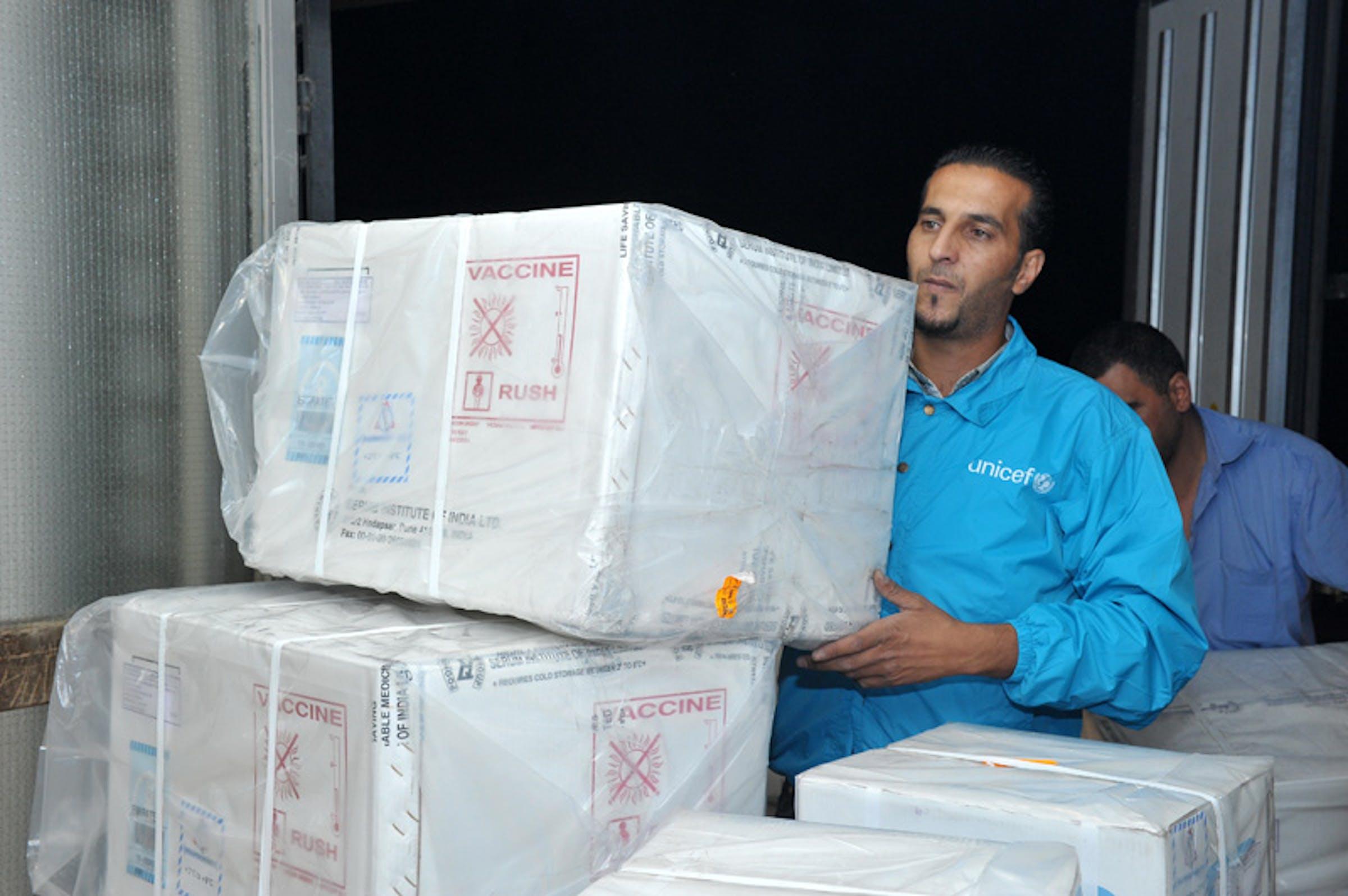 Scorte di vaccini destinati ai profughi della Siria vengono scaricati in un magazzino dell'UNICEF ad Amman (Giordania) - ©UNICEF Giordania/2012/Balian